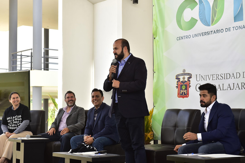 Rector del CUTonalá, doctor Ricardo Villanueva Lomelí, de pie y con micrófono en mano haciendo uso de la palabra, al inaugurar la primera Jornada Tecnológica: la Ingeniería, las Ciencias Computacionales y las Tecnologías de la Información en el centro universitario.