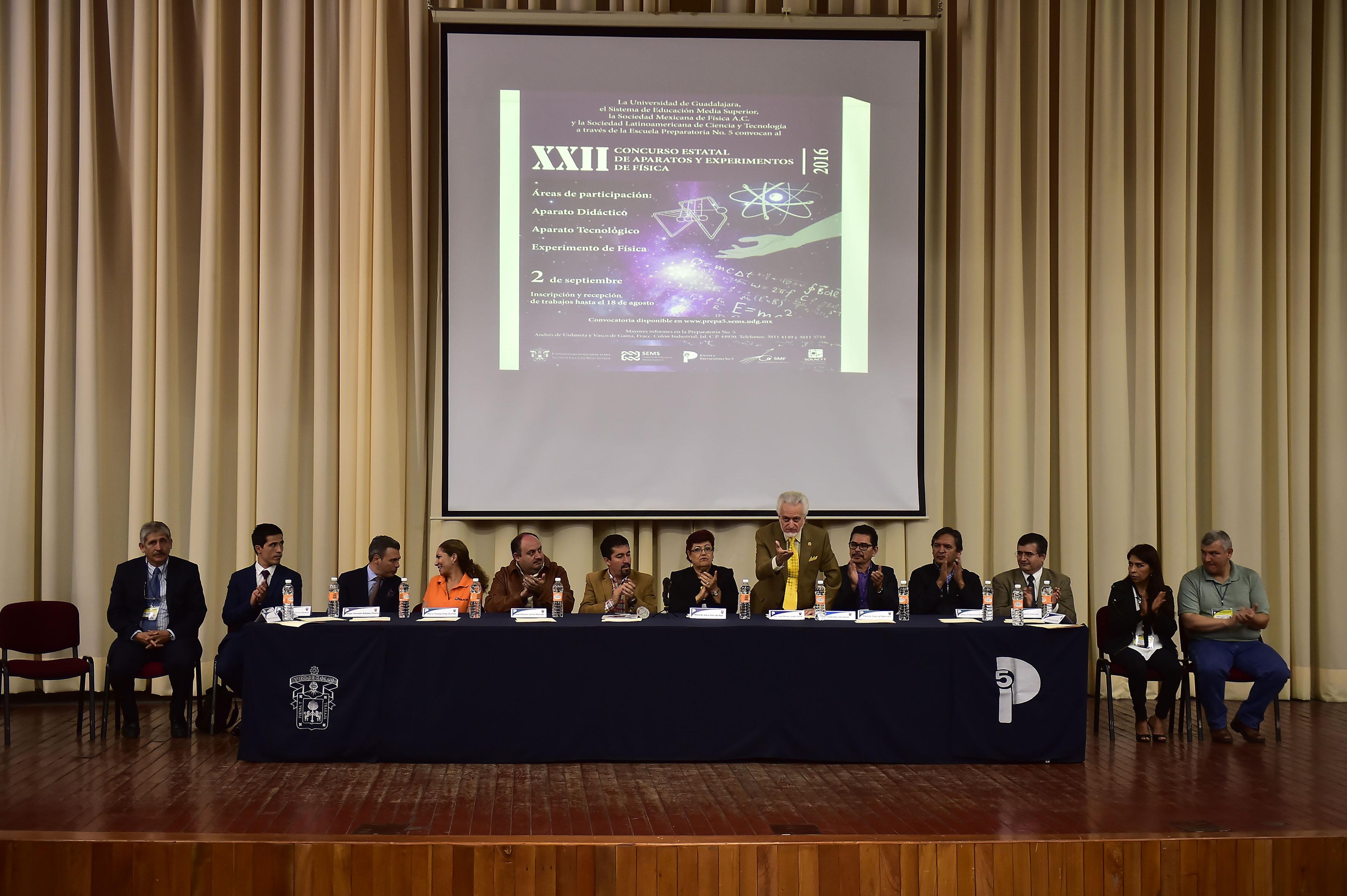 Presentación de honorables miembros del presídium, que participan en la inauguración del concurso