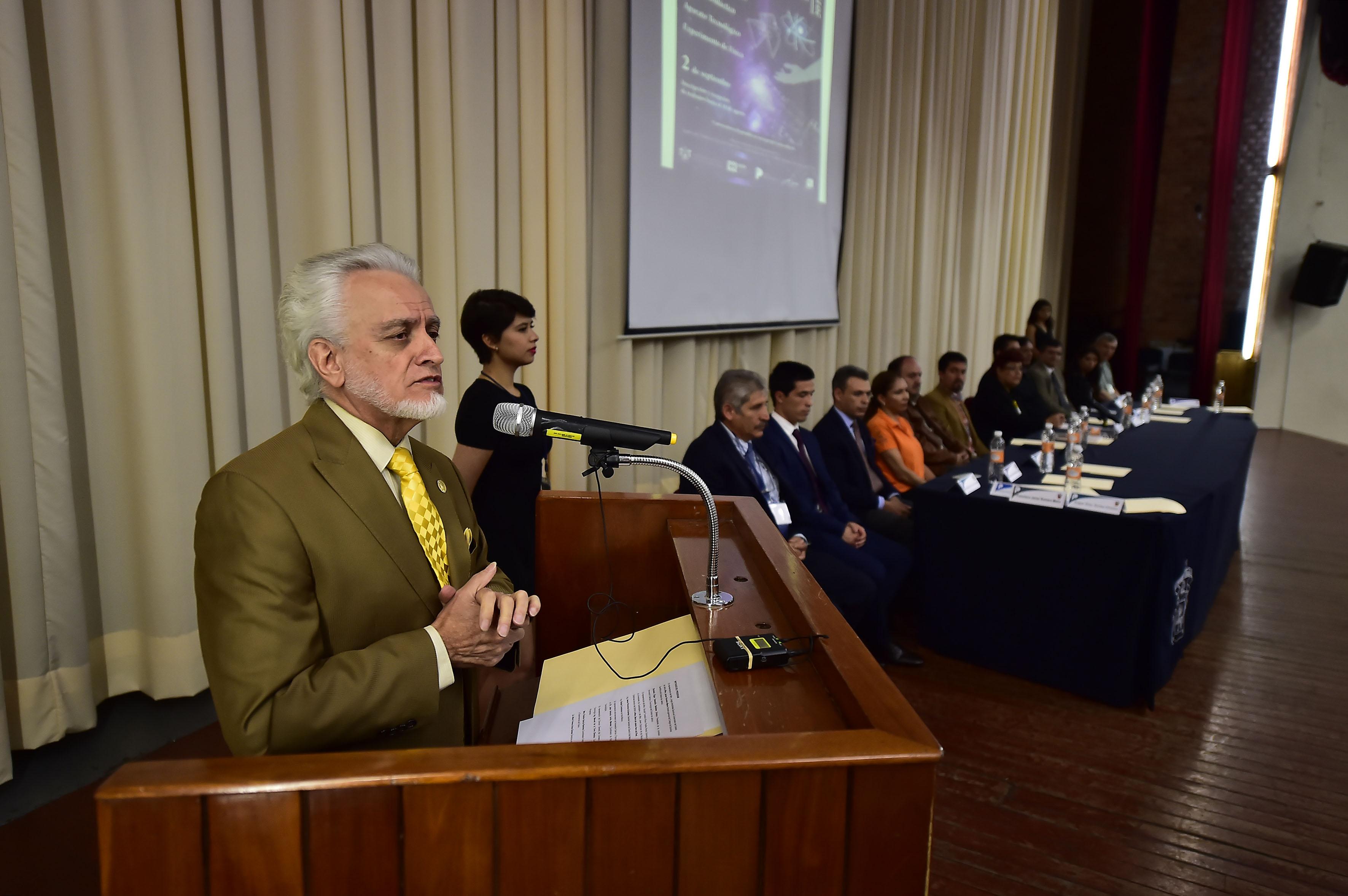 Maestro José Manuel Jurado Parres, Director de la Preparatoria 5, haciendo uso de la palabra