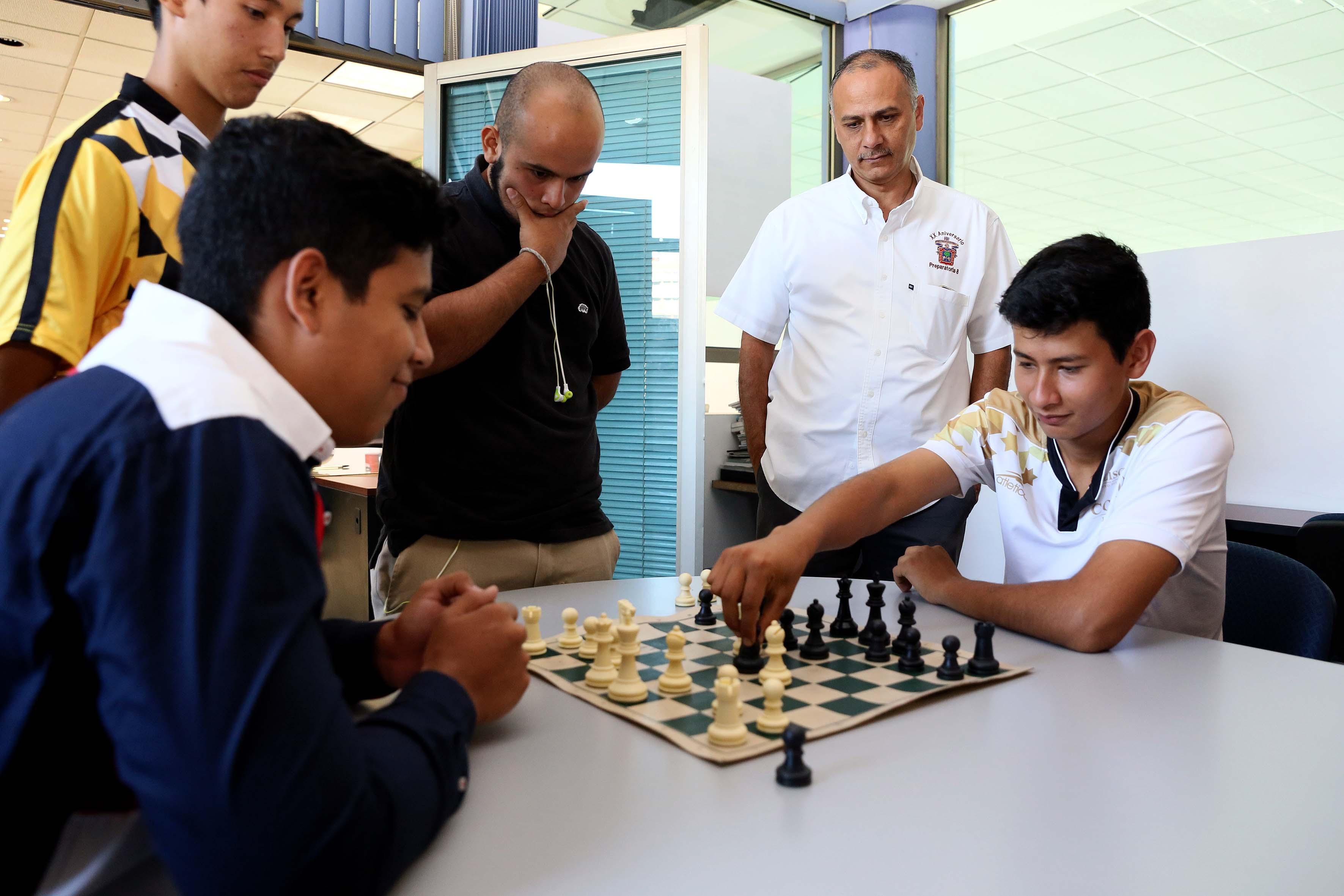 Jóvenes jugando ajedrez