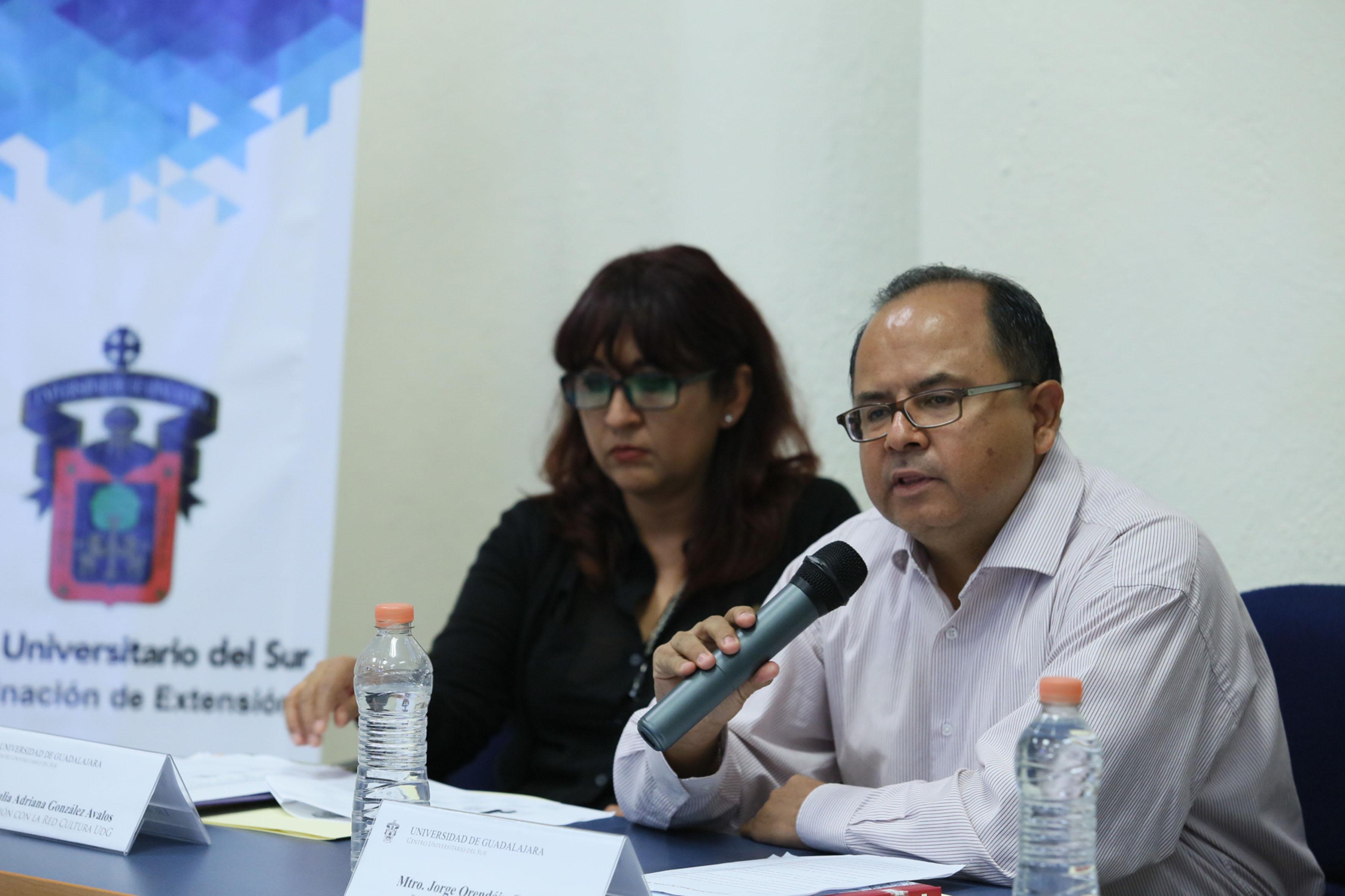 Maestro Jorge Orendain Caldera, editor de la Editorial Universitaria de la UdeG, frente al micrófono