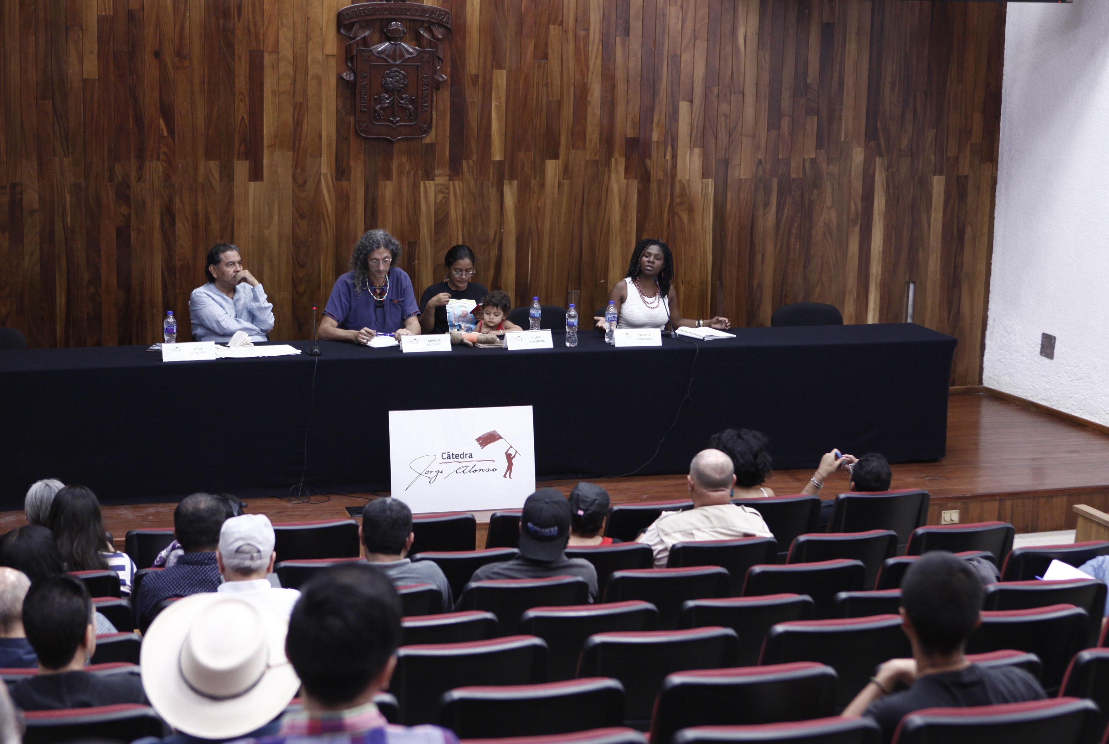 """Miembros panelistas participantes en el Seminario """"La paz en tiempos de la guerra global"""", realizado durante el marco de la Cátedra """"Jorge Alonso"""", auspiciado por el Centro Universitario de Ciencias Sociales y Humanidades."""