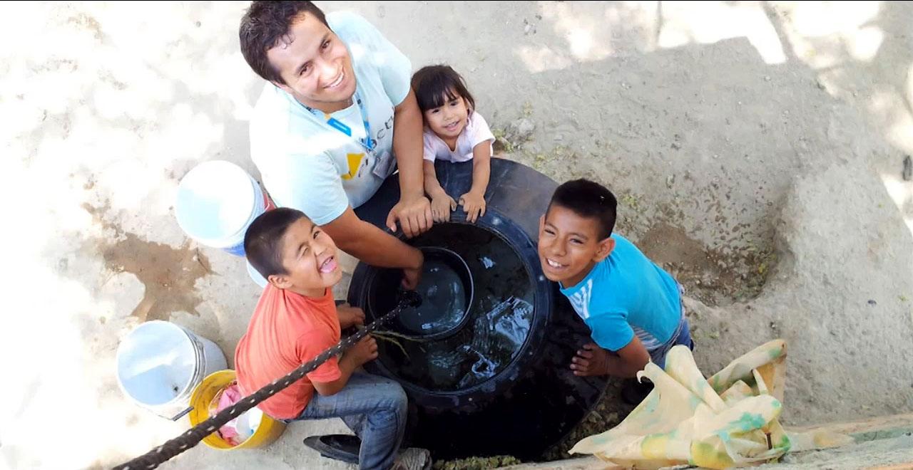 Parte del Equipo del Centro Universitario de Tonalá (CUTonalá) junto con unos niños