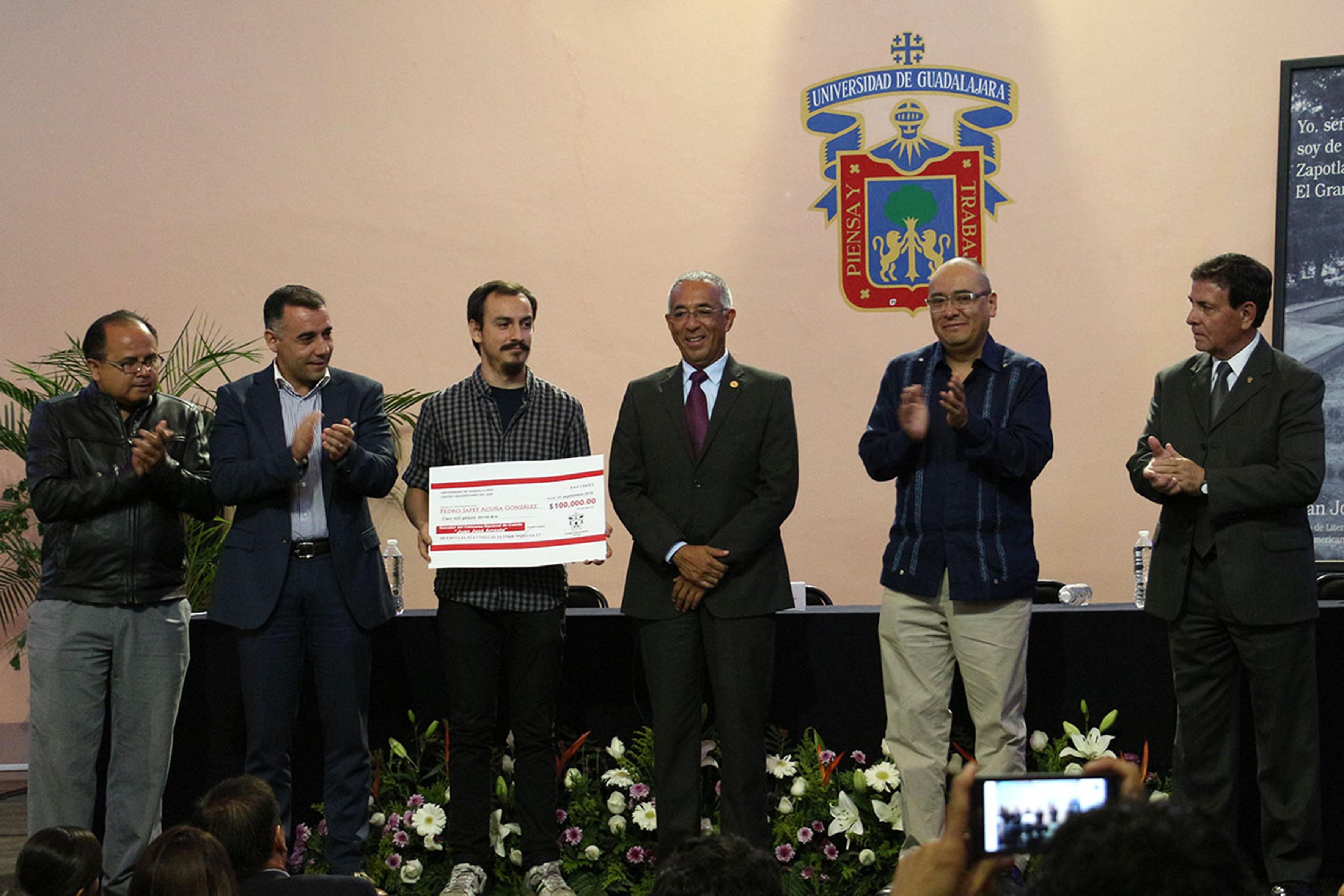 """Pedro Acuña, recibiendo premio del XV Concurso Nacional de Cuento """"Juan José Arreola"""""""