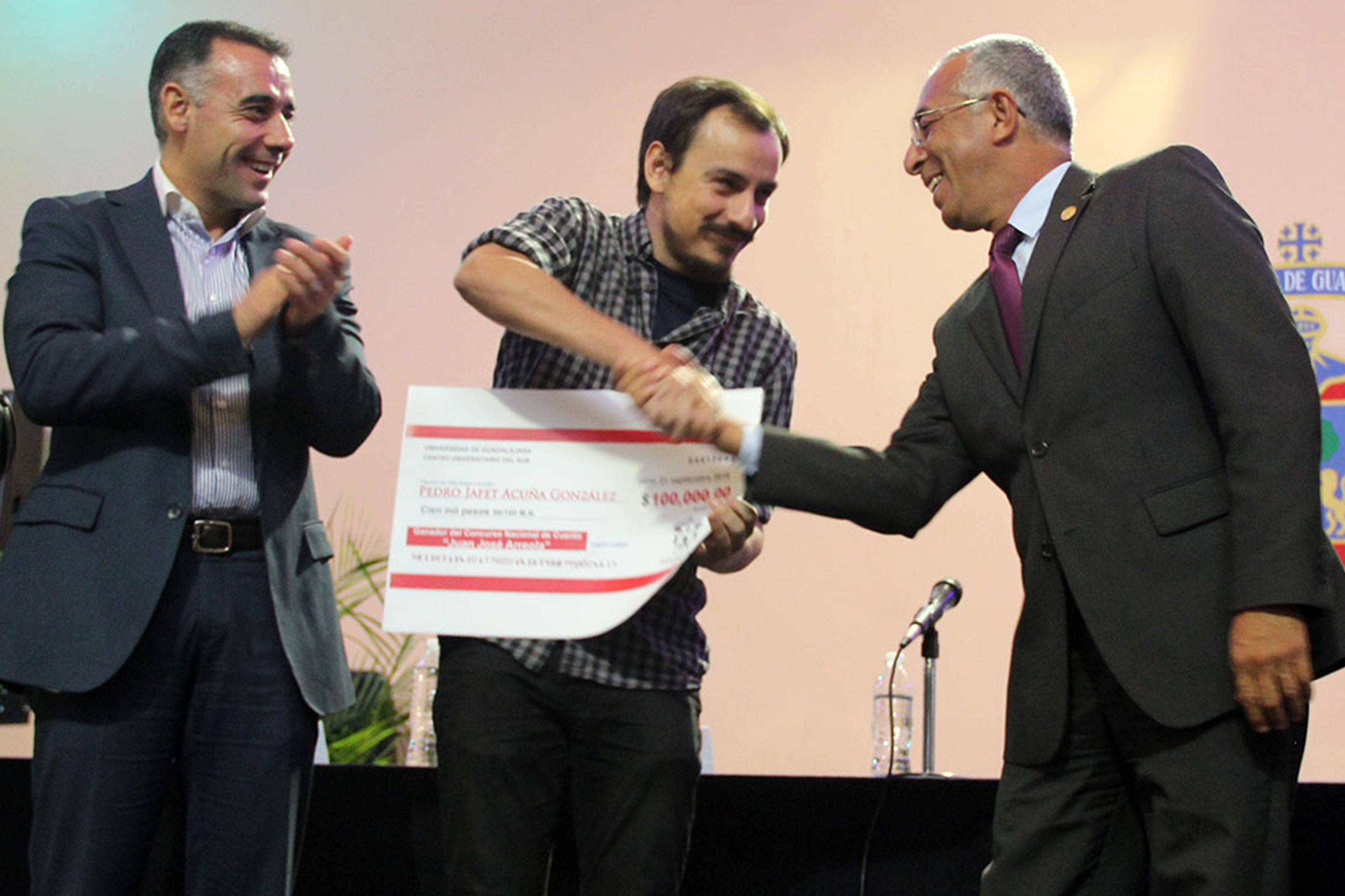 EL ganador recibiendo su premio
