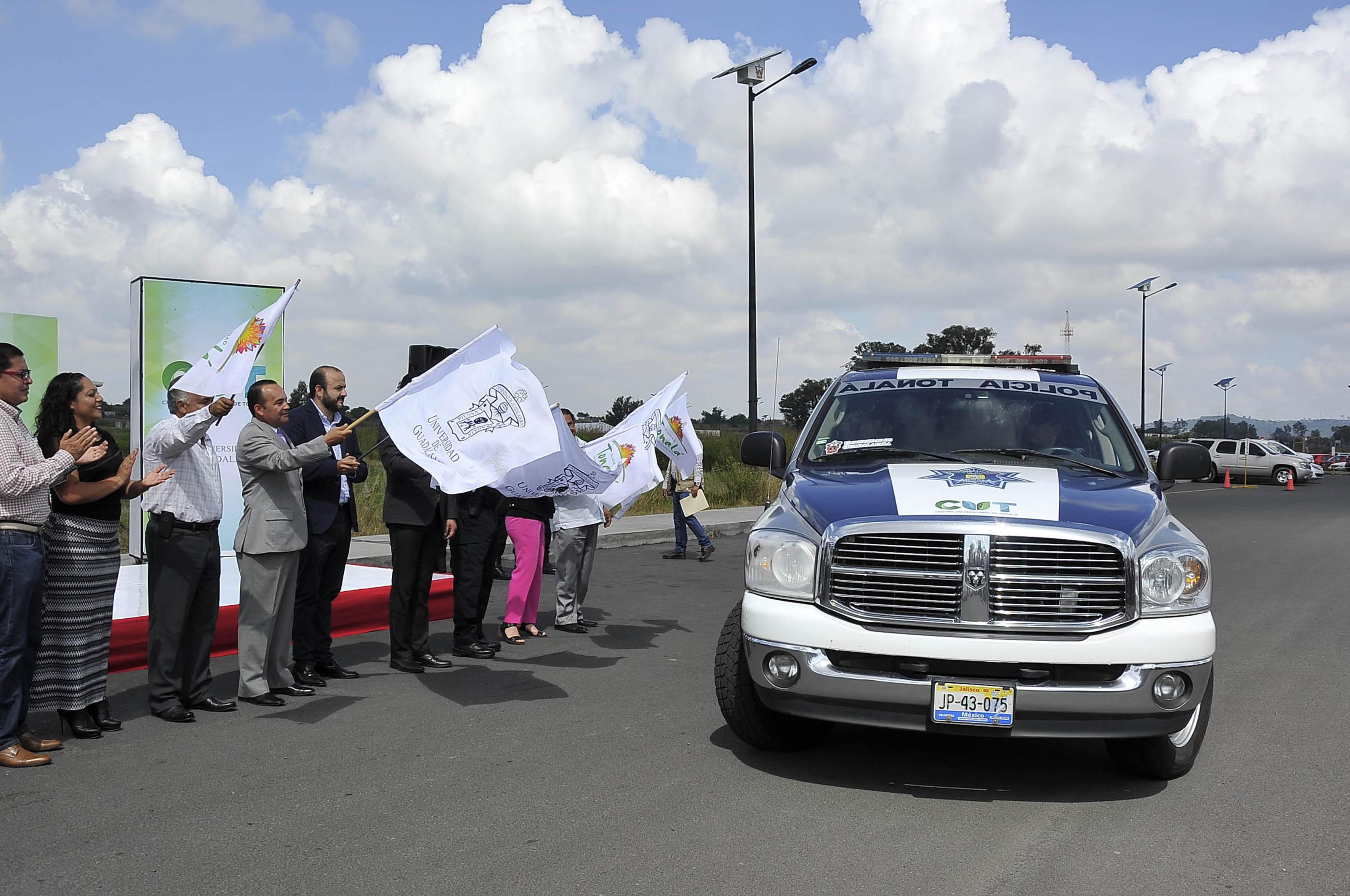 Autoridades del centro universitario, de seguridad y de la región , con banderas banderas universitarias y municipales,haciendo el oleaje de partida para dar inicio al patrullaje de vigilancia del lugar.