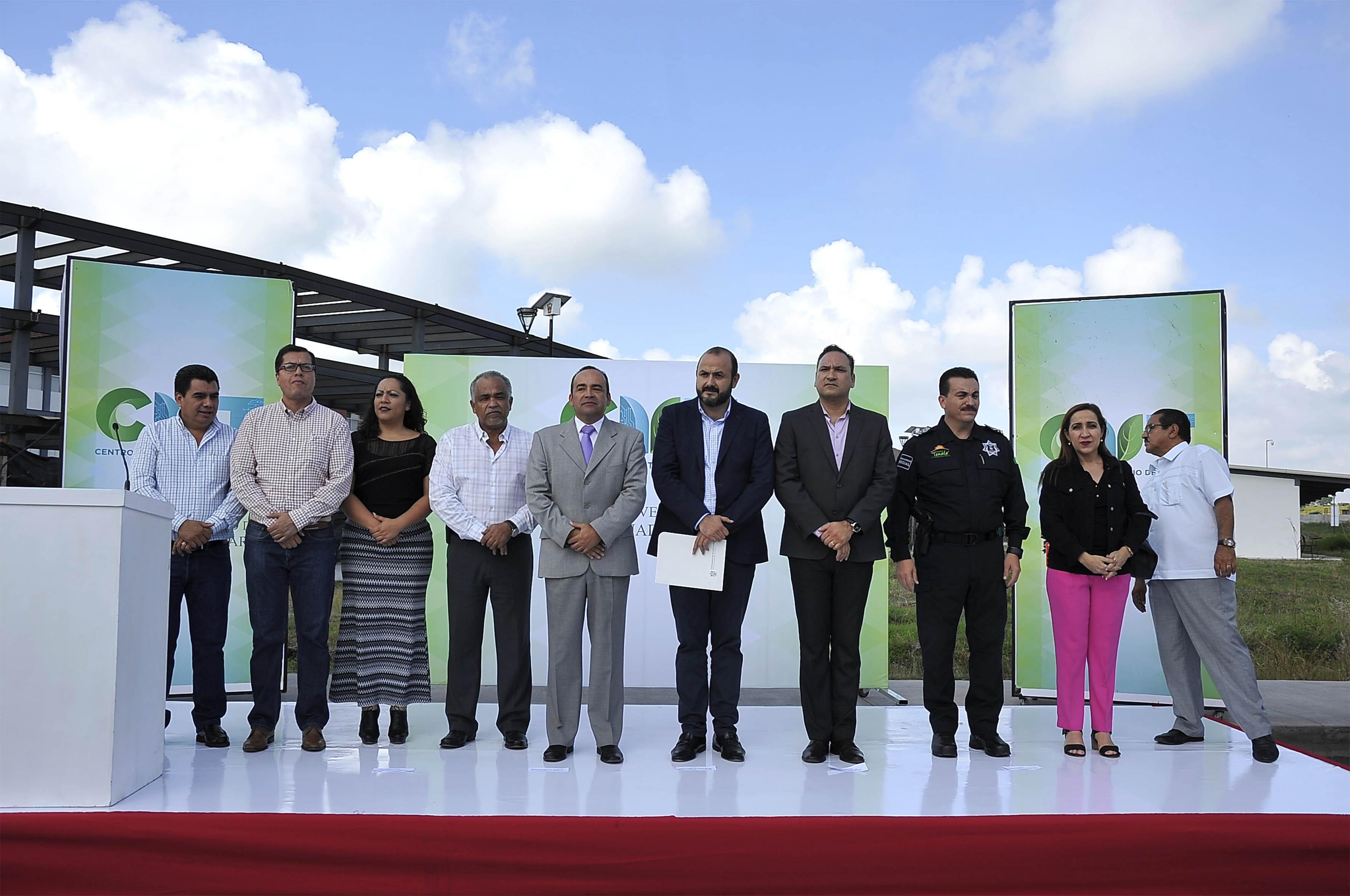 Autoridades del centro universitario, de seguridad universitaria y municipal, presentes en la ceremonia.