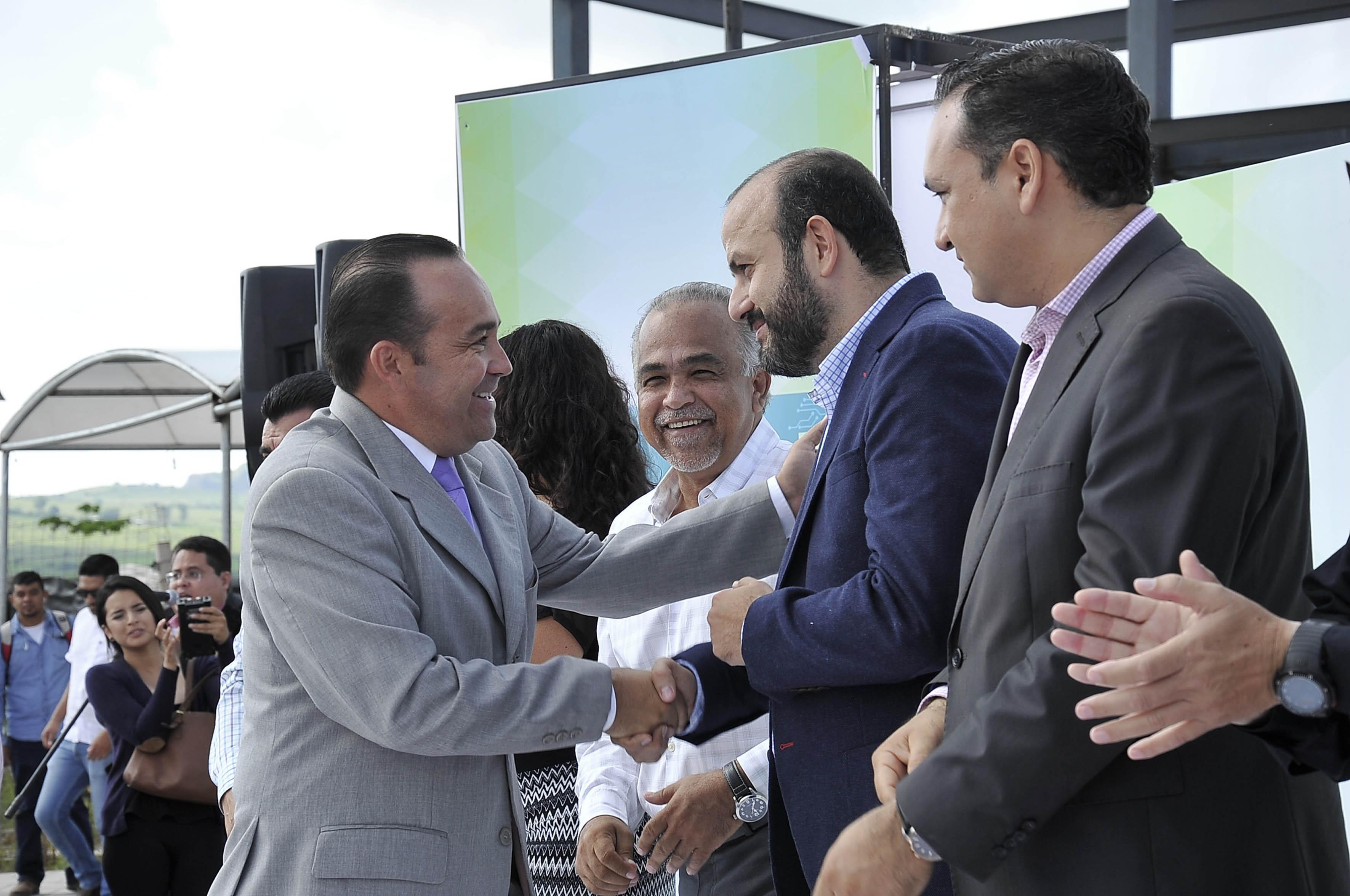 Presidente del municipio de tonalá Jalisco, felicitando con apretón de mano al Rector del CUTonalá, Doctor Ricardo Villanueva Lomelí.