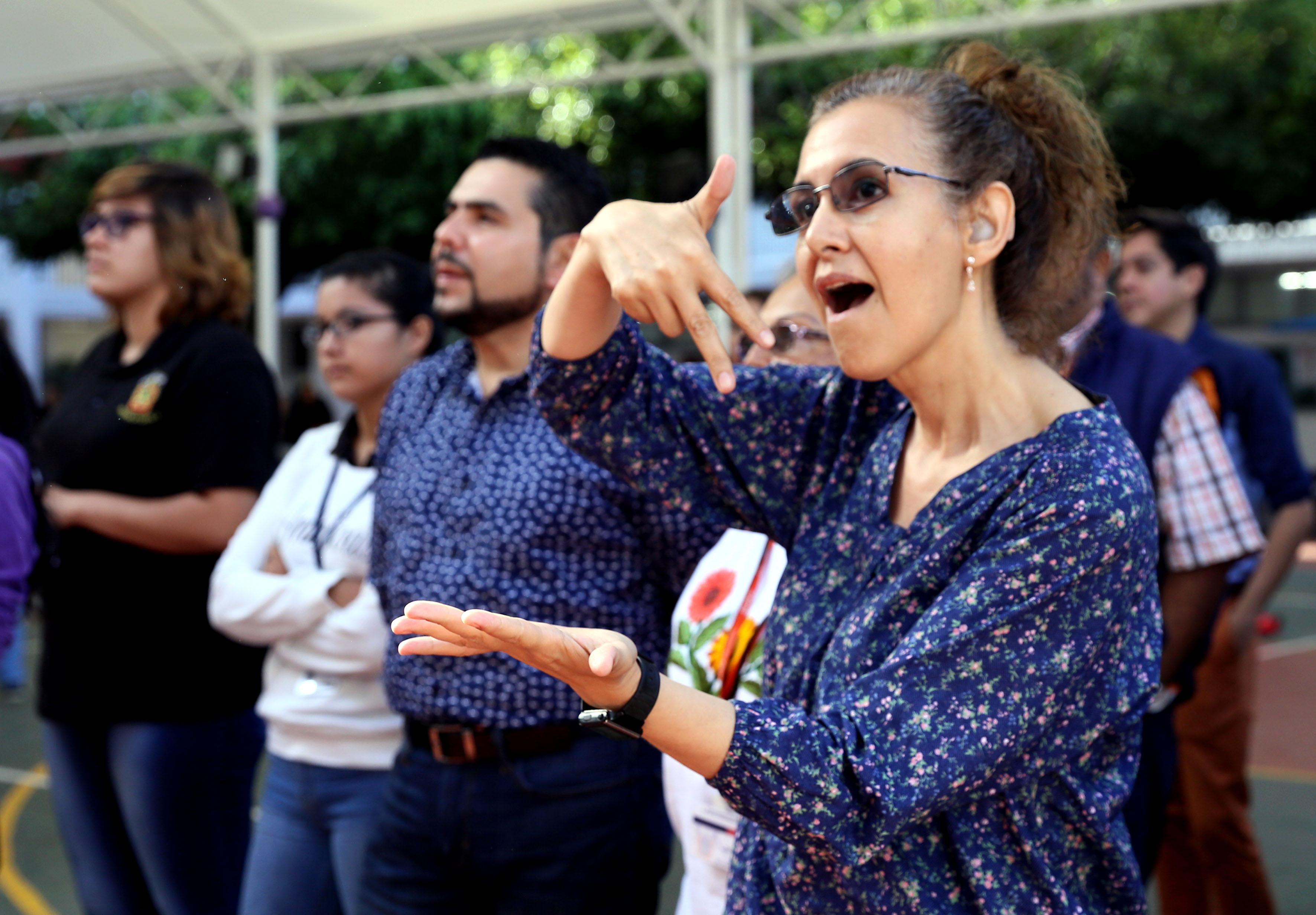 Intérprete de la Lengua de Señas Mexicana, participando en el evento