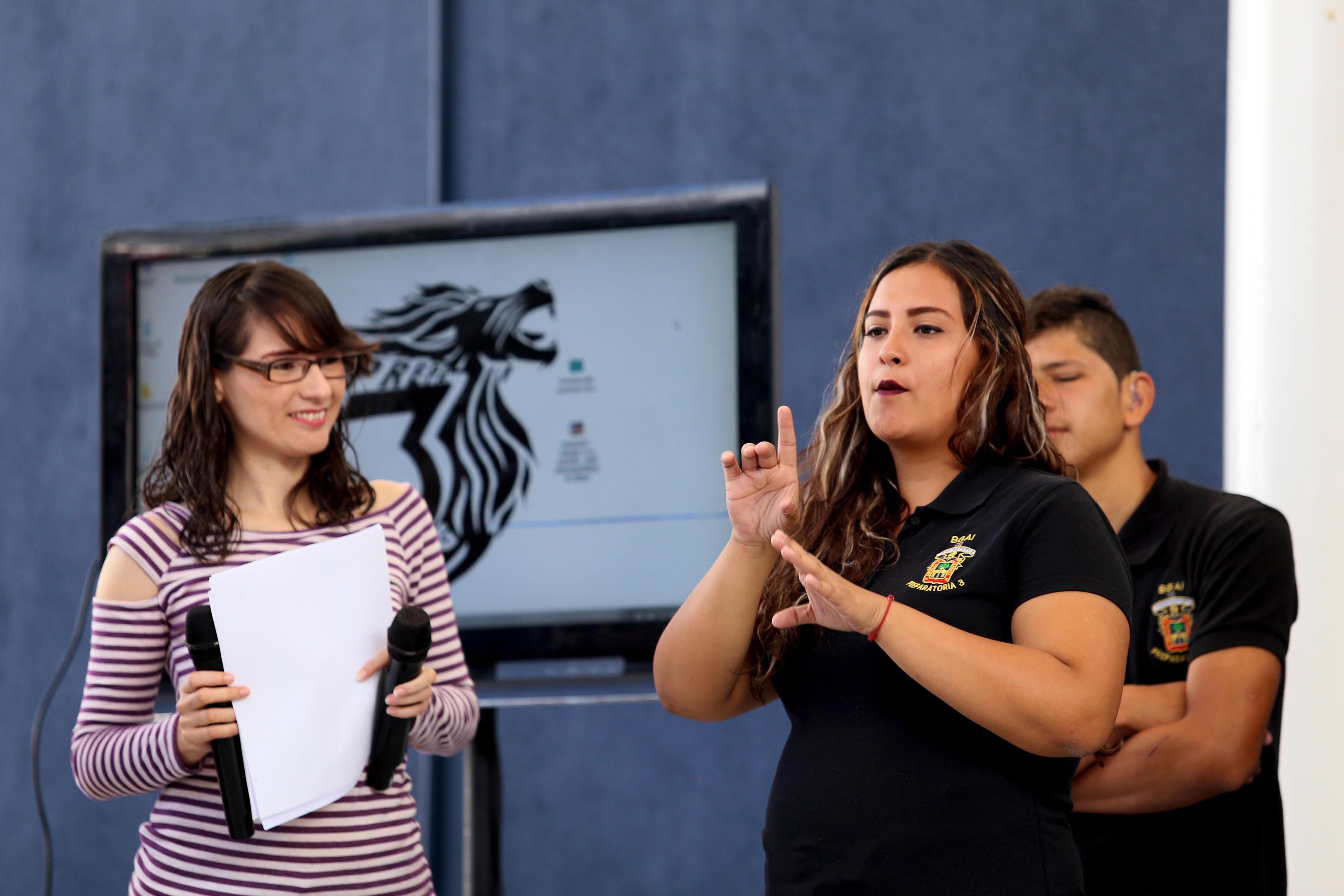 Estudiantes sordos mostrando a sus compañeros oyentes, la Lengua de Señas Mexicana