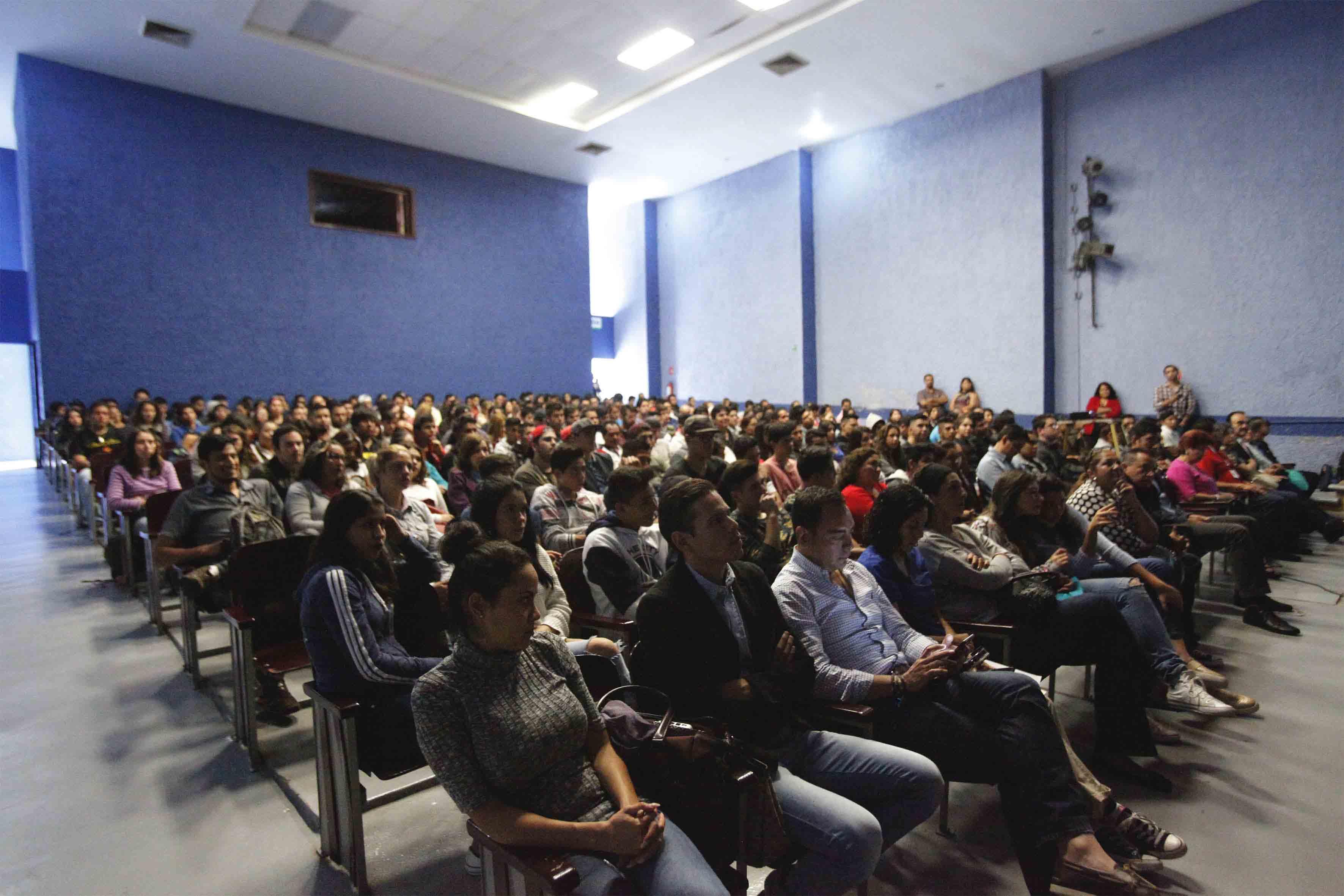 Público asistente a la conferencia, convocada por diversas instituciones, como parte del Día Mundial contra la Rabia