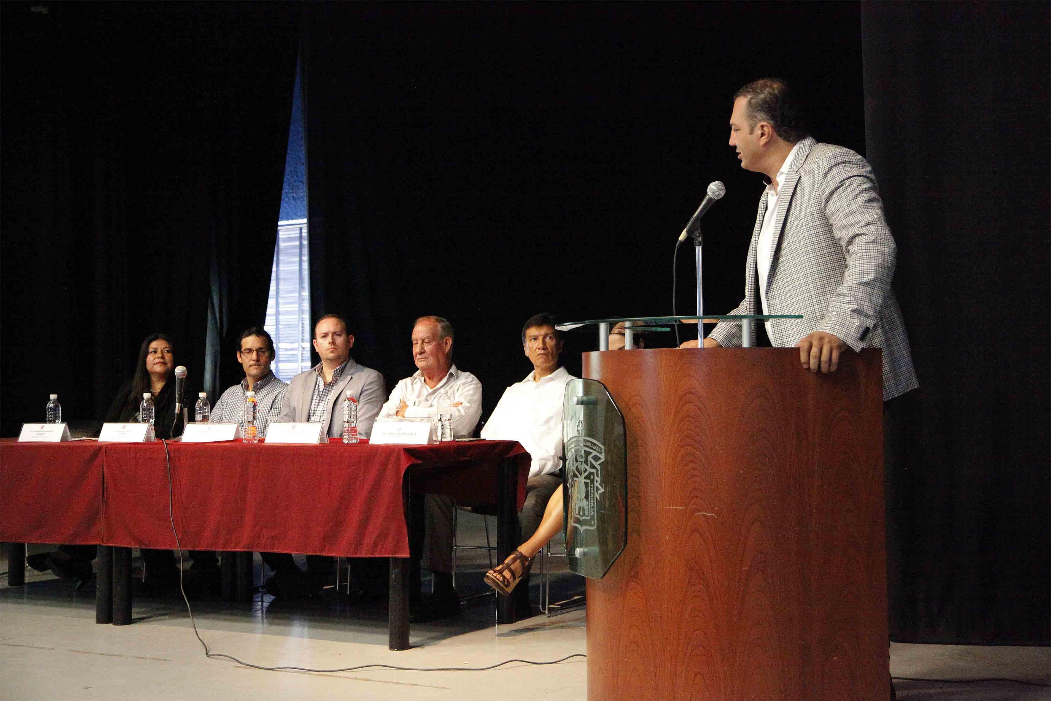 Licenciado Miguel Ángel Padilla Montes, Director de la Preparatoria 4, frente al micrófono