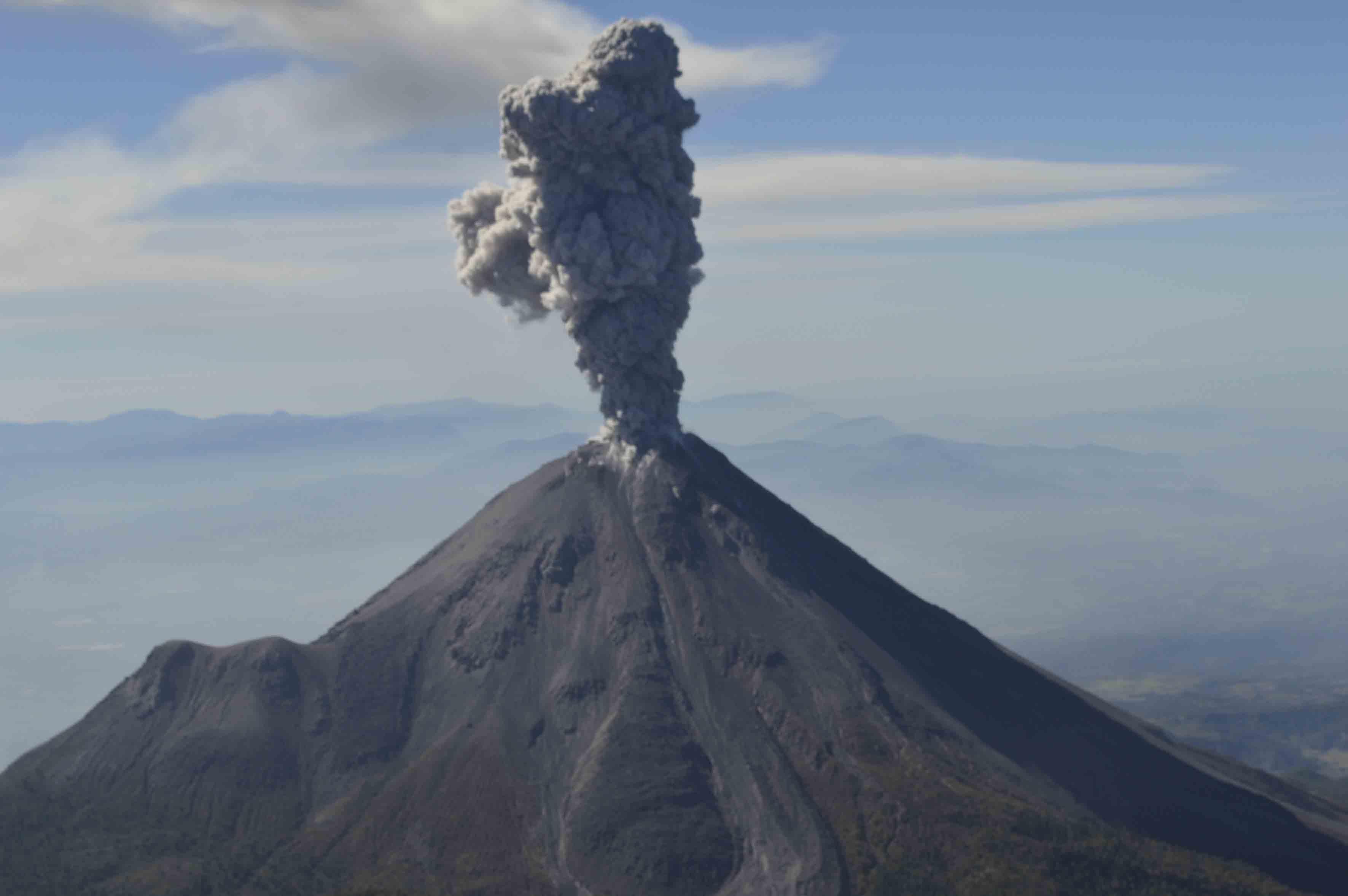 Erupción en el volcán de Colima