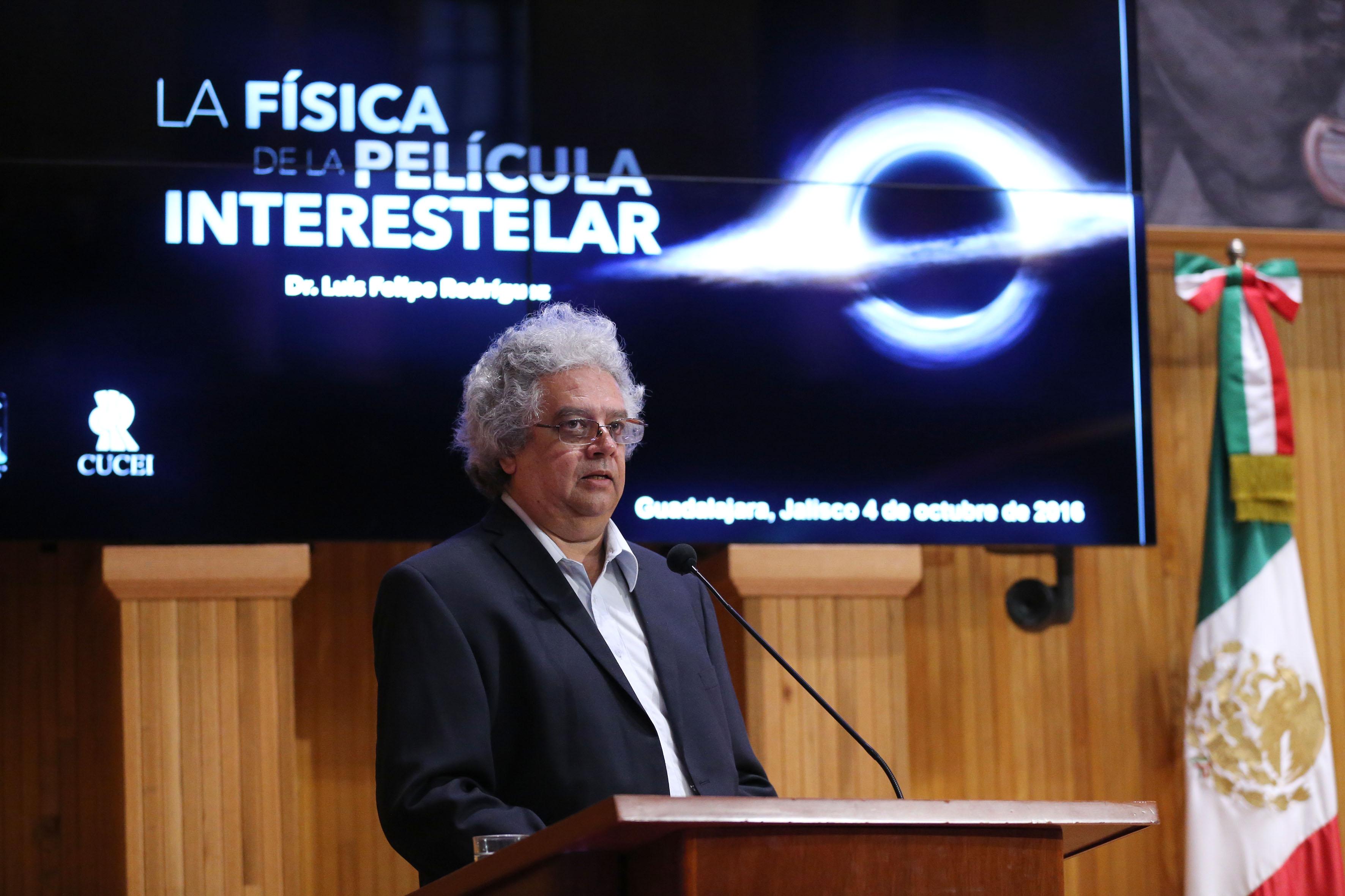 En el podio el académico del CUCEI, doctor Luis Corral Escobedo