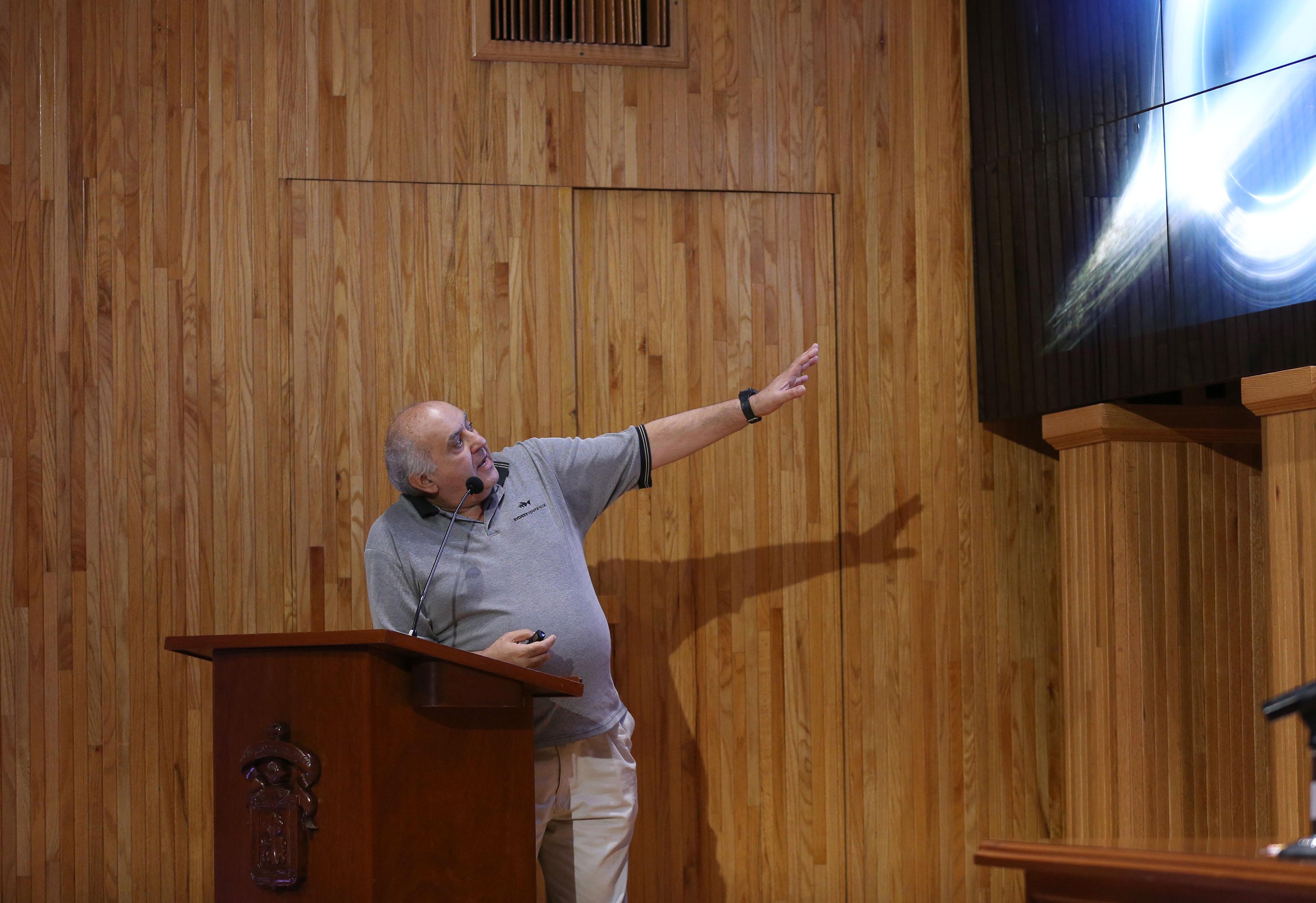 En el podio el Doctor Luis Felipe Rodríguez Jorge