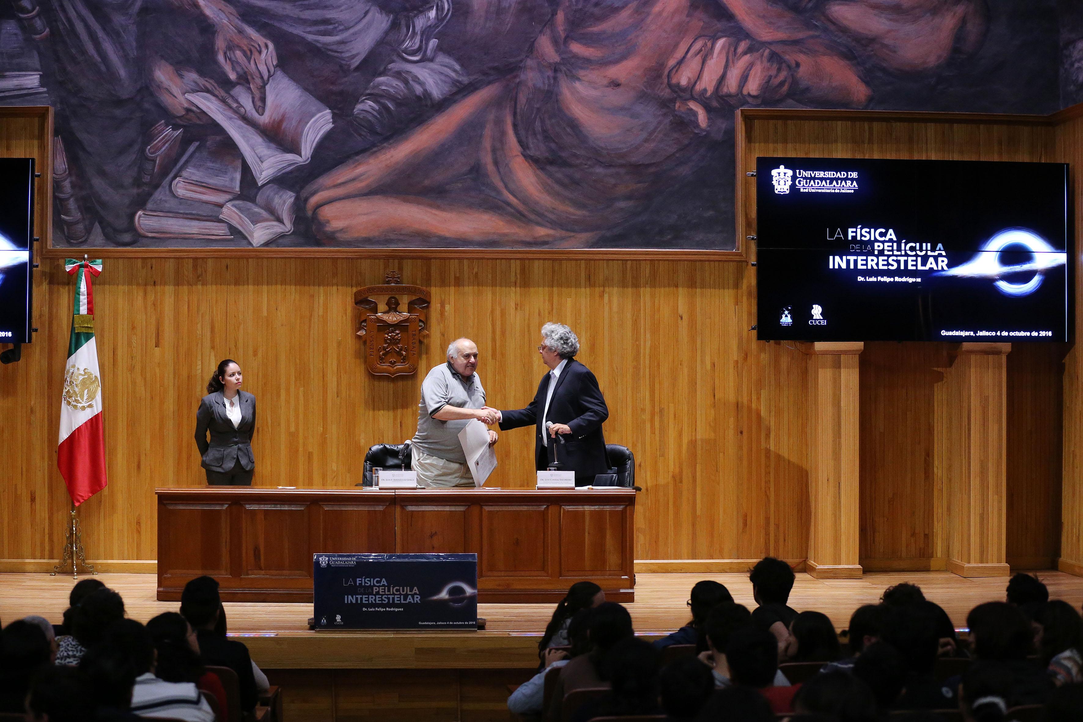 El doctor Luis Felipe Rodríguez Jorge estrechando la mano del doctor  Luis Corral Escobedo