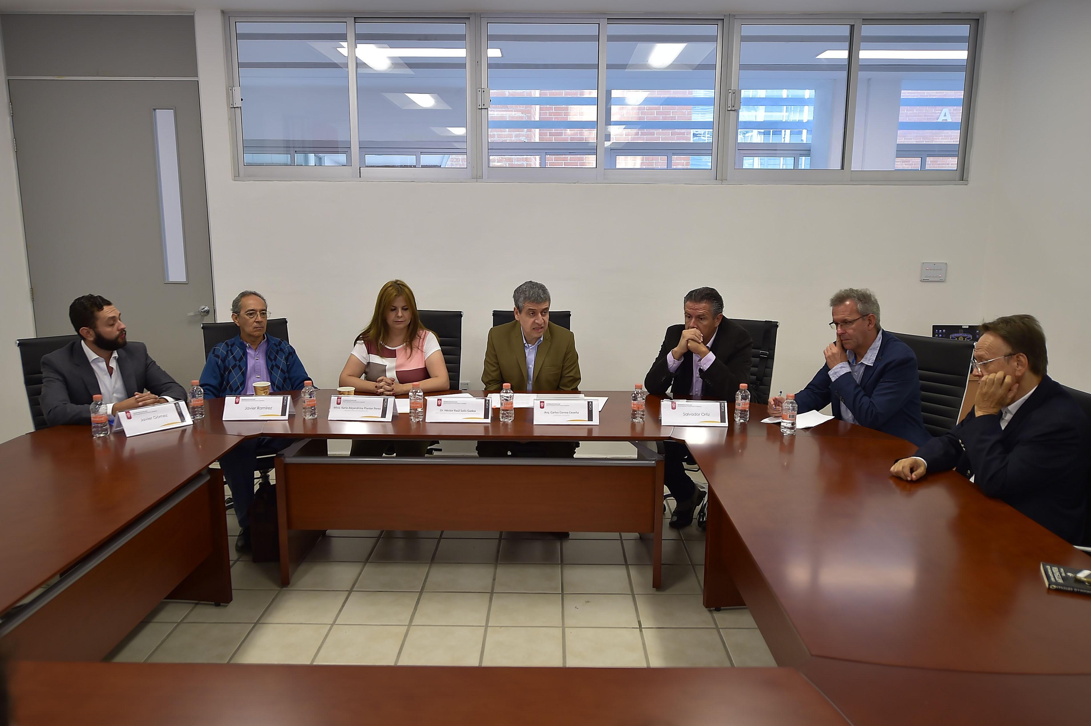Artistas, historiadores del arte e investigadores participando en la conferencia