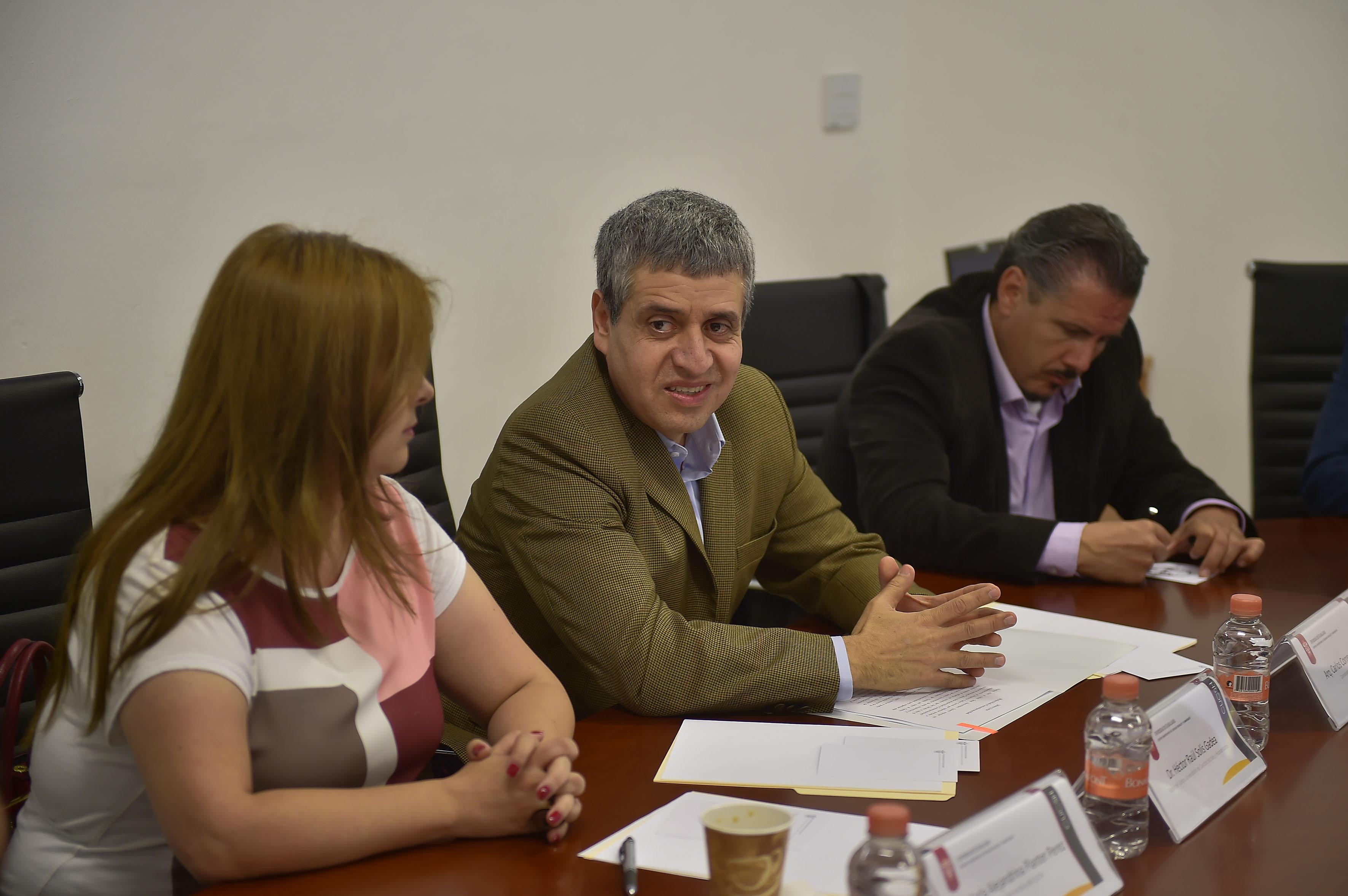 Doctor Héctor Raúl Solís Gadea, Rector del CUCSH, participando en la conferencia