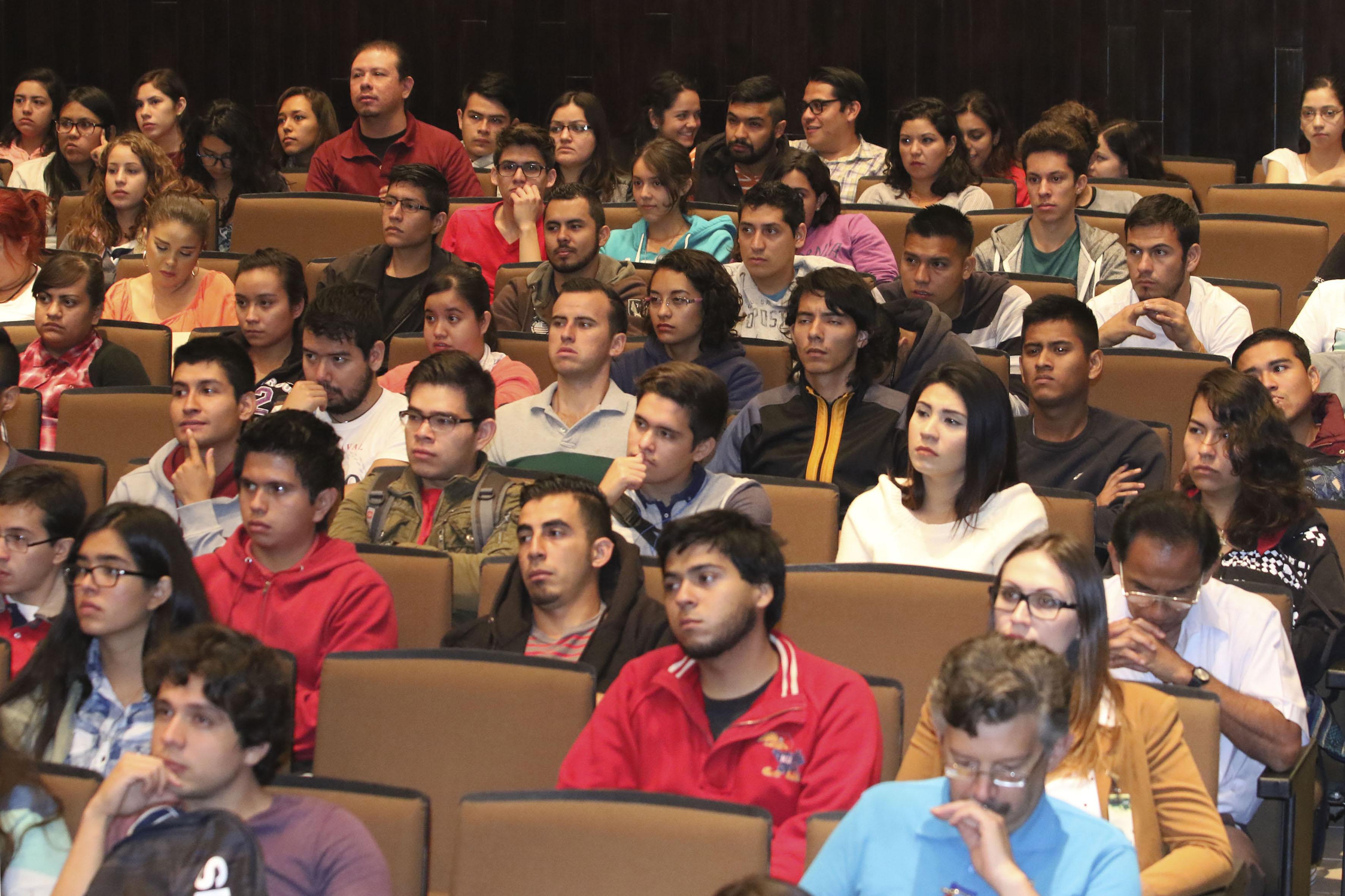 Público asistente a la ceremonia de inaguración de las jornadas de cartilla universitaria, celebrado en el auditorio del CUCEI.