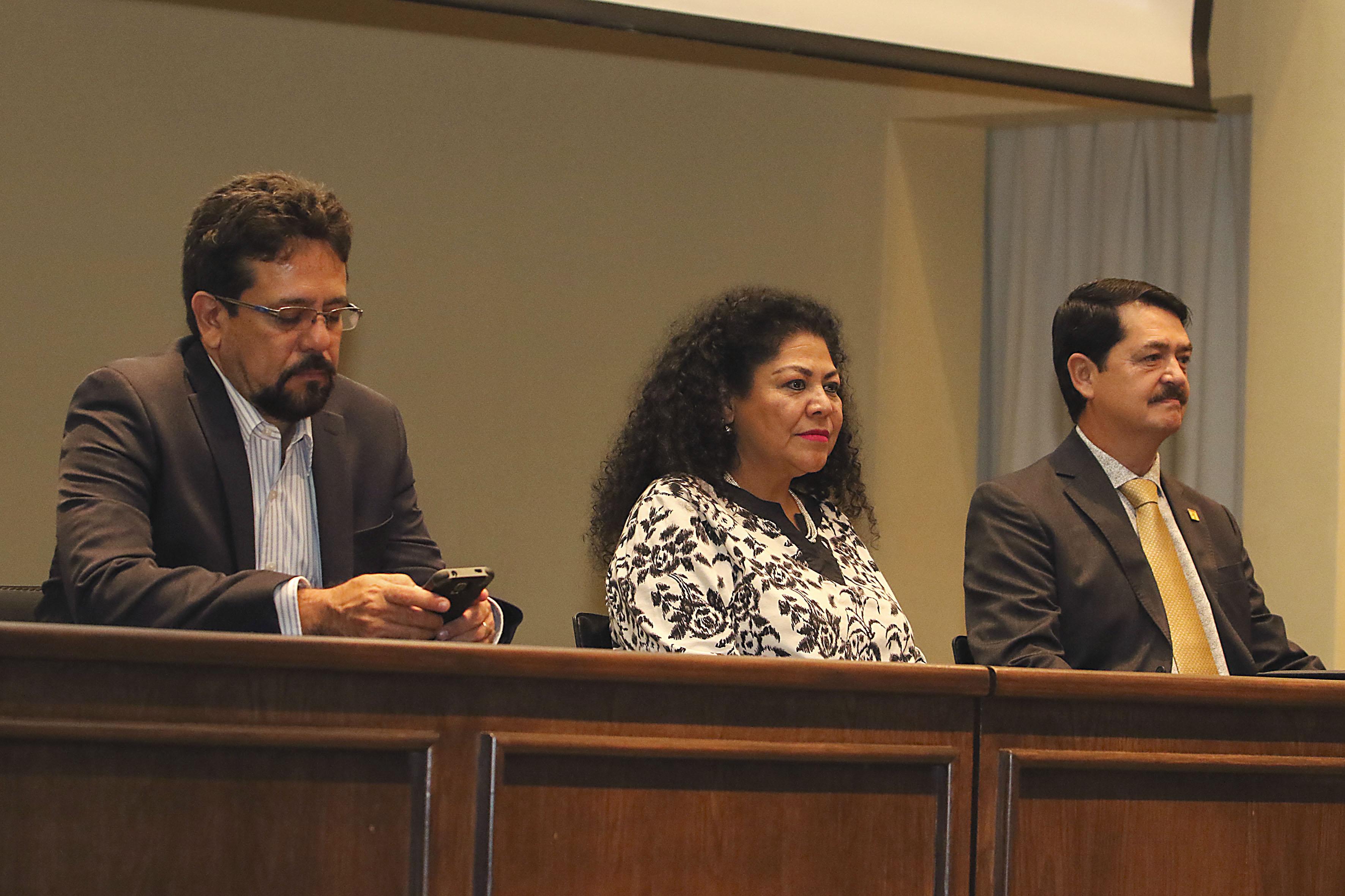 Miembros panelistas participantes en la ceremonia de inaguración de las jornadas de cartilla universitaria.