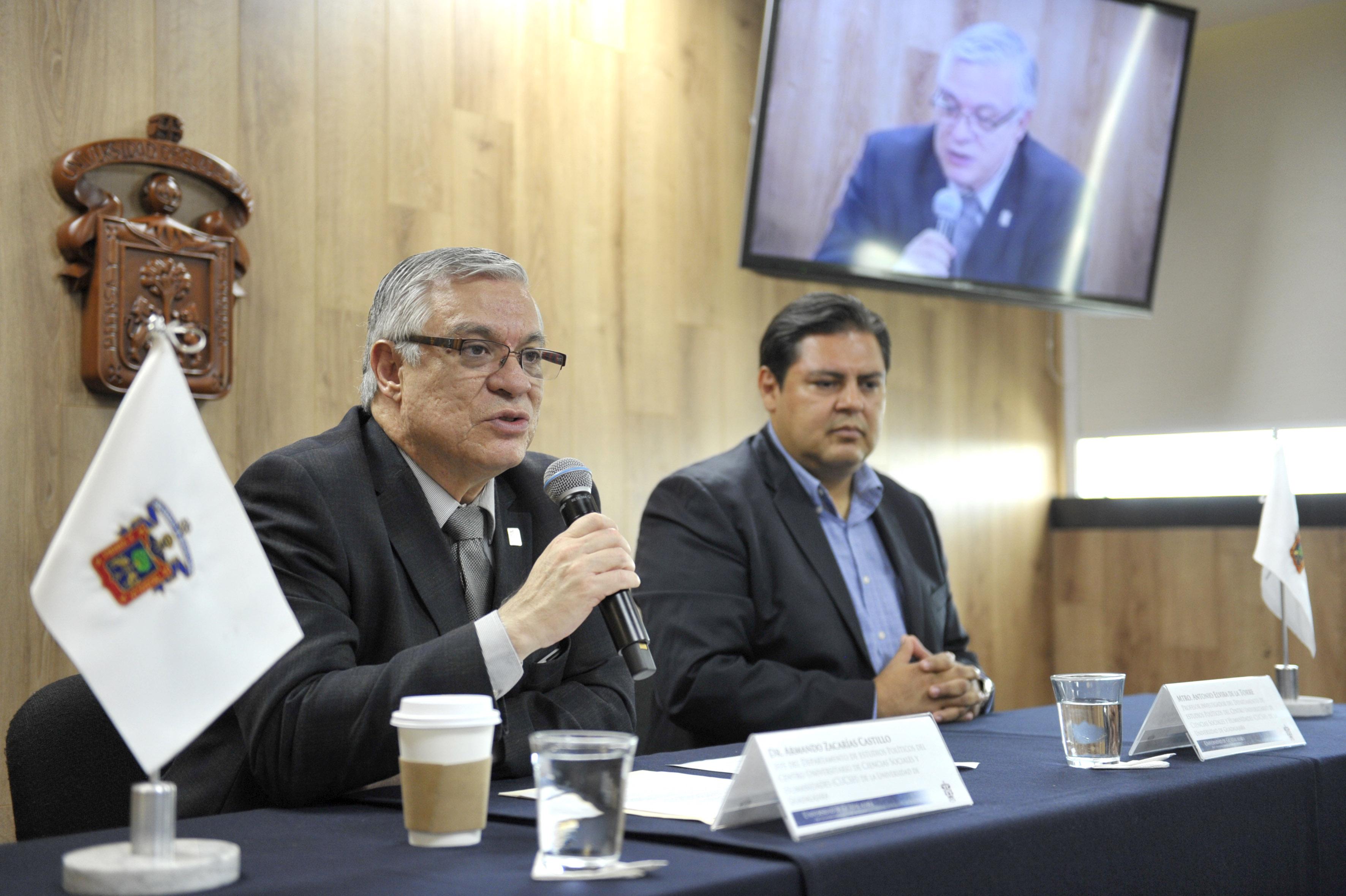 Doctor Armando Zacarías Castillo, Jefe del Departamento de Estudios Políticos, frente al micrófono