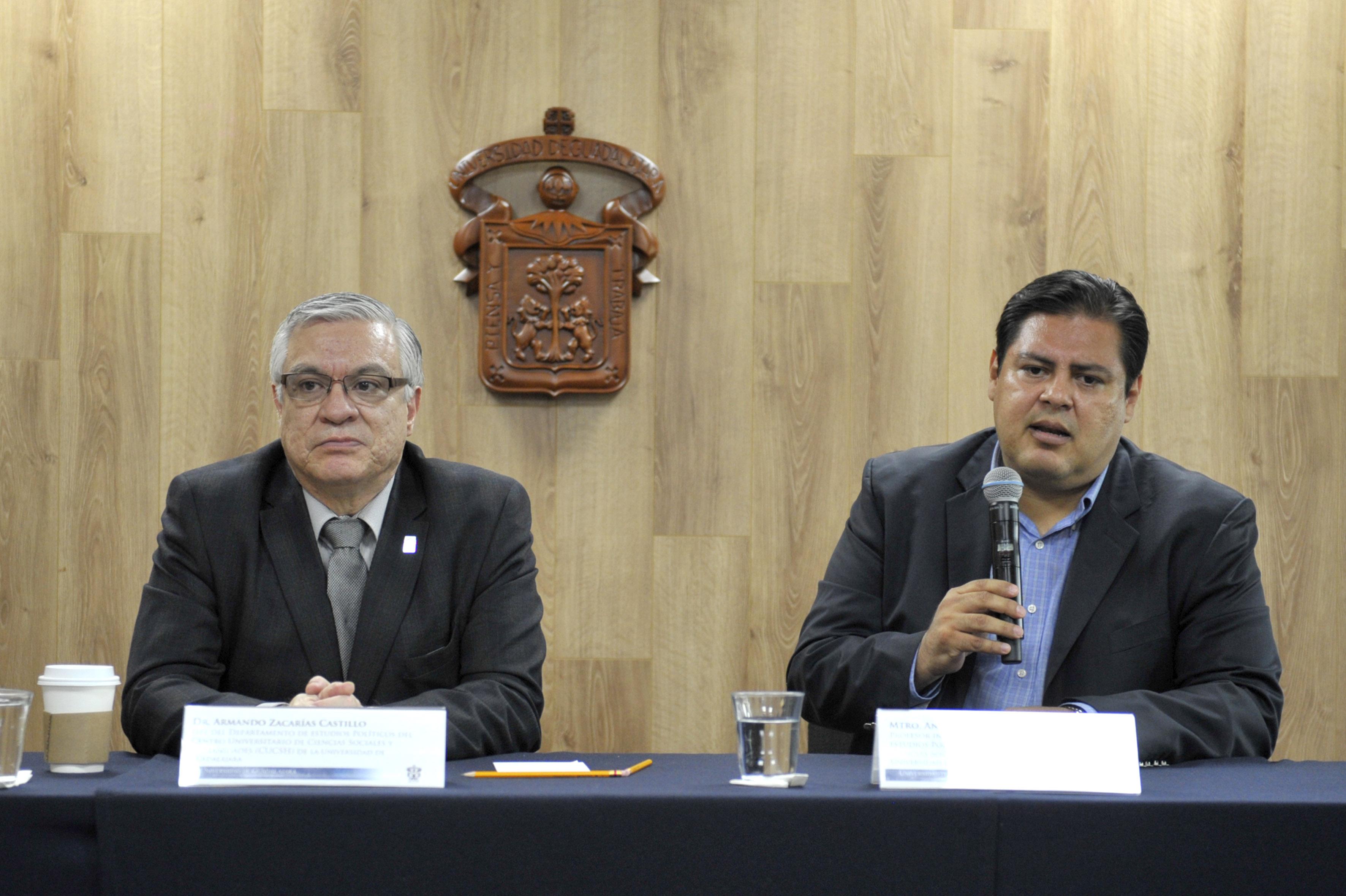 Maestro Antonio Elvira de la Torre, profesor investigador del Departamento de Estudios Políticos, haciendo uso de la palabra