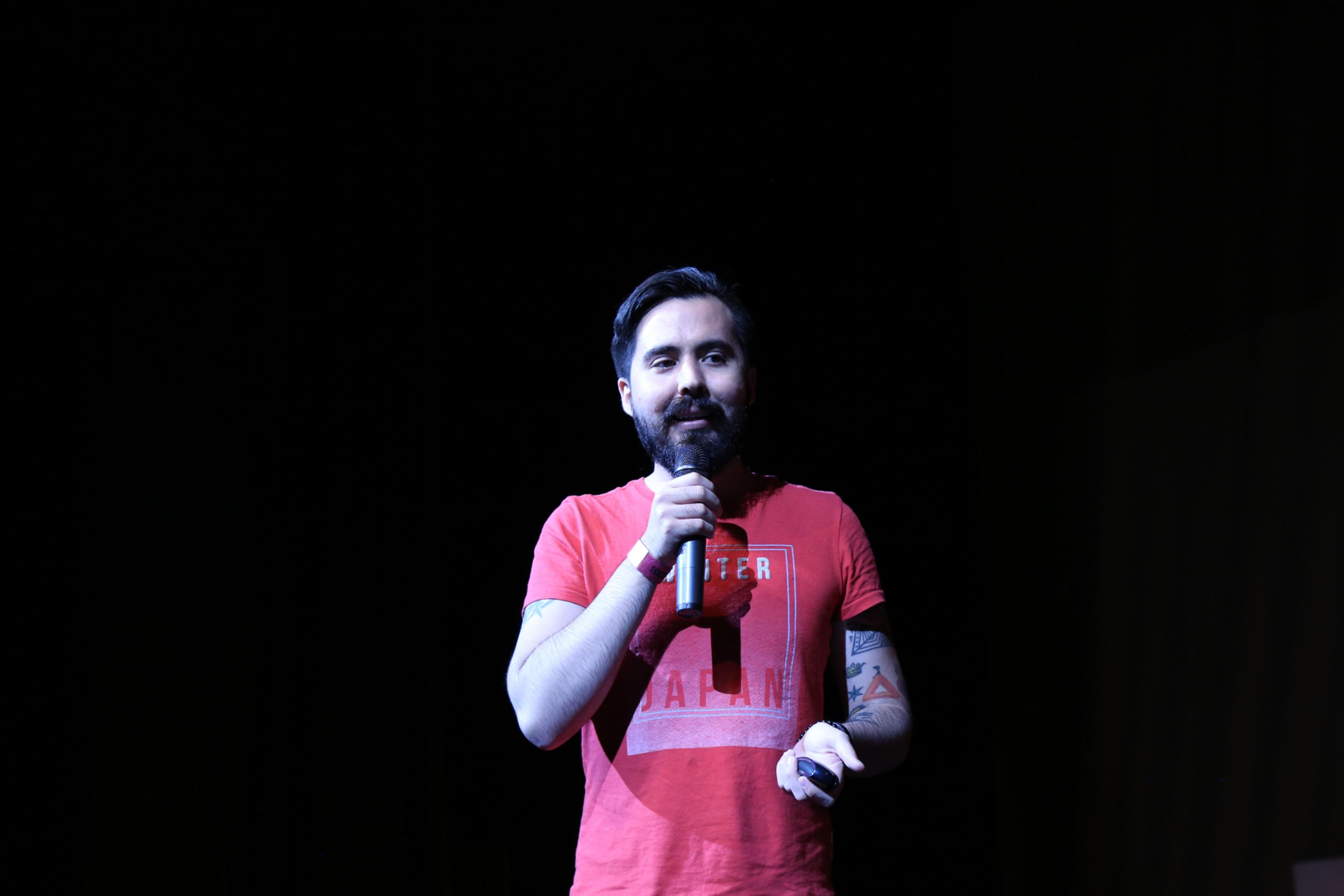 Gerardo García, Director general de la empresa Fat Panda Games, haciendo uso de la palabra