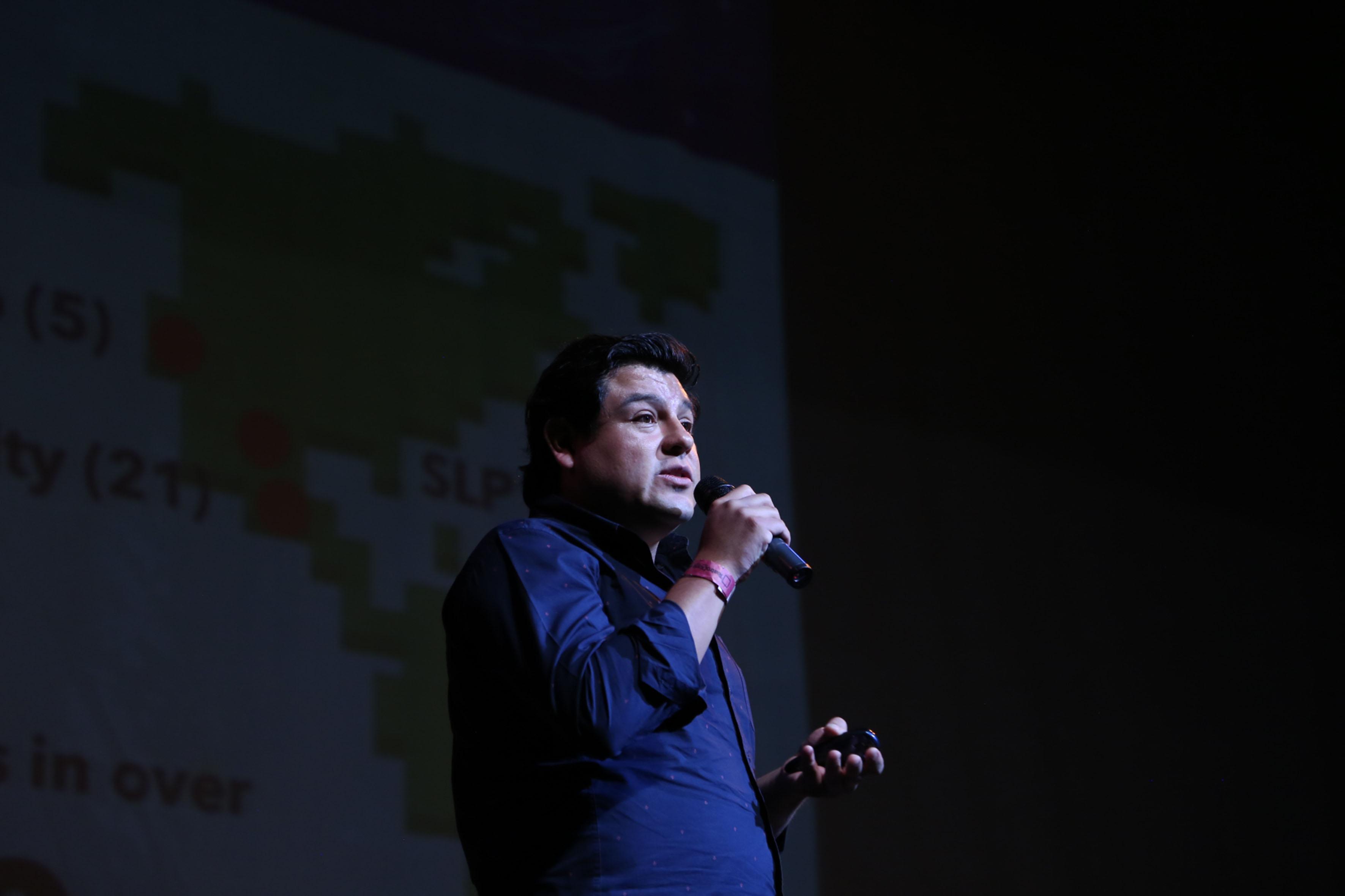 Manolo Díaz, Cofundador de la empresa Yogome, frente al micrófono