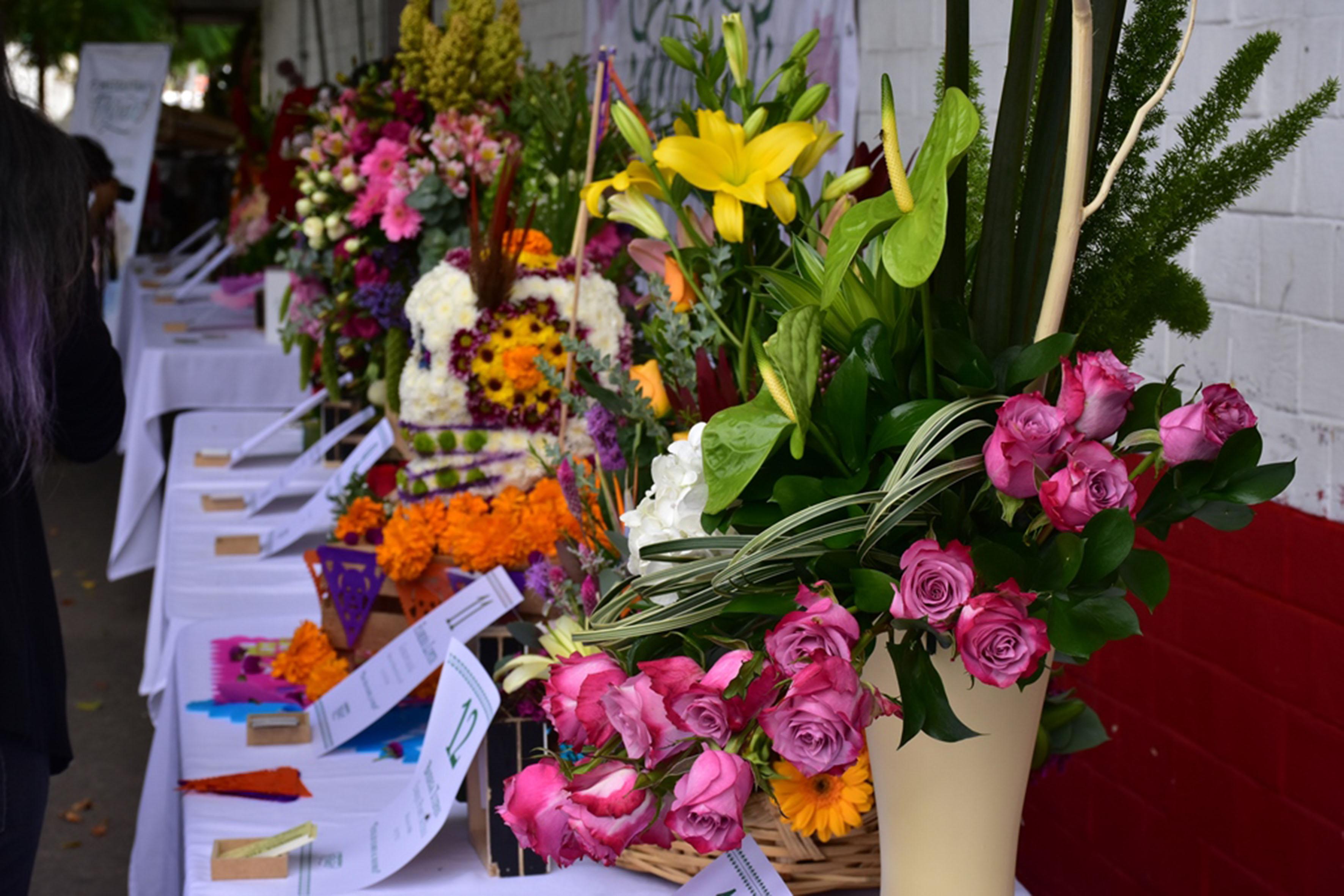 """Representación de expresiones culturales del Barrio de Mezquitan echas con flores, como muestras del proyecto """"Mezquitán Florece""""."""