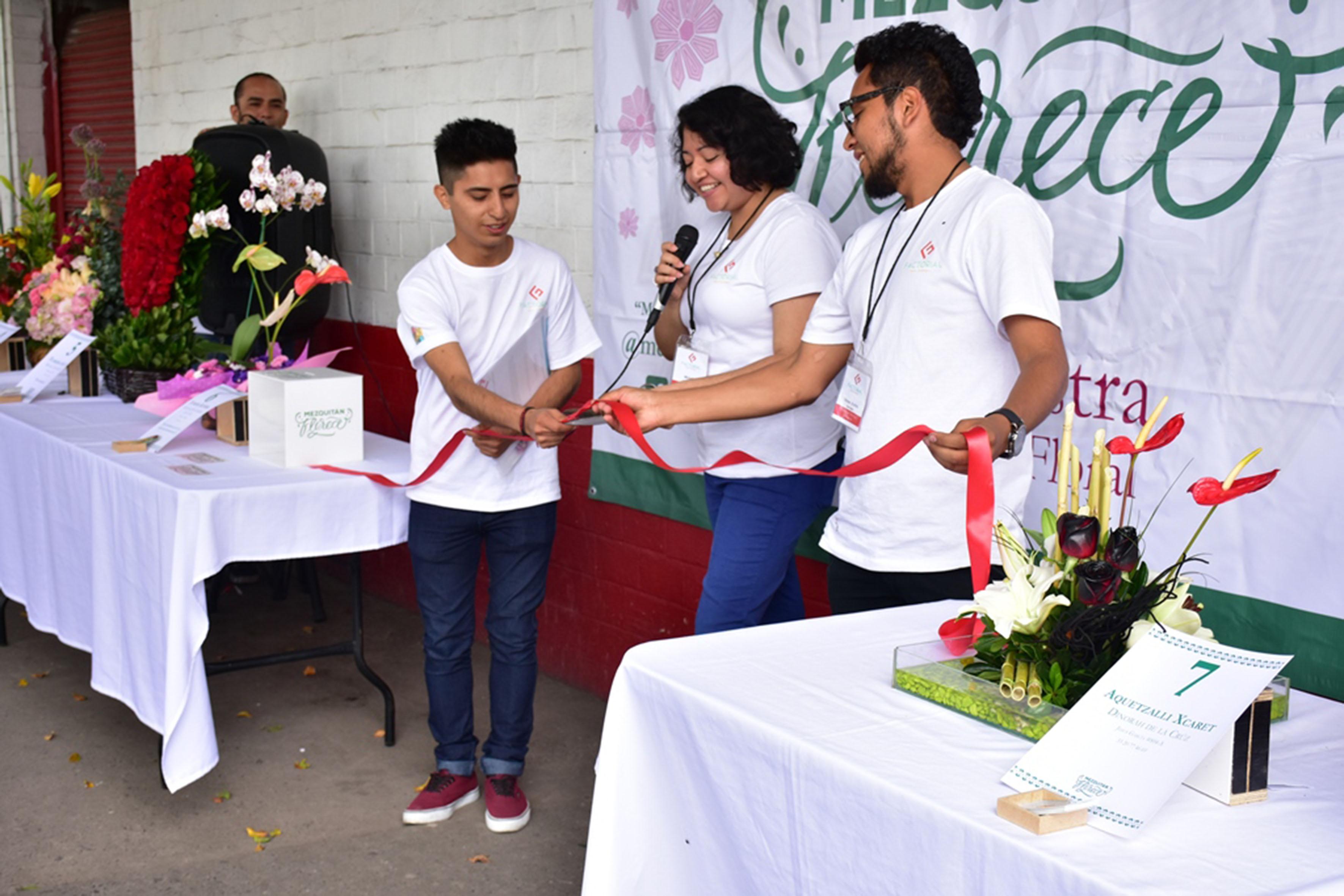 """Alumnos del CUAAD, cortando el listón de inaguración de la representación del proyecto """"Mezquitan florece"""" en el tradicional  barrio de Mezquitán."""