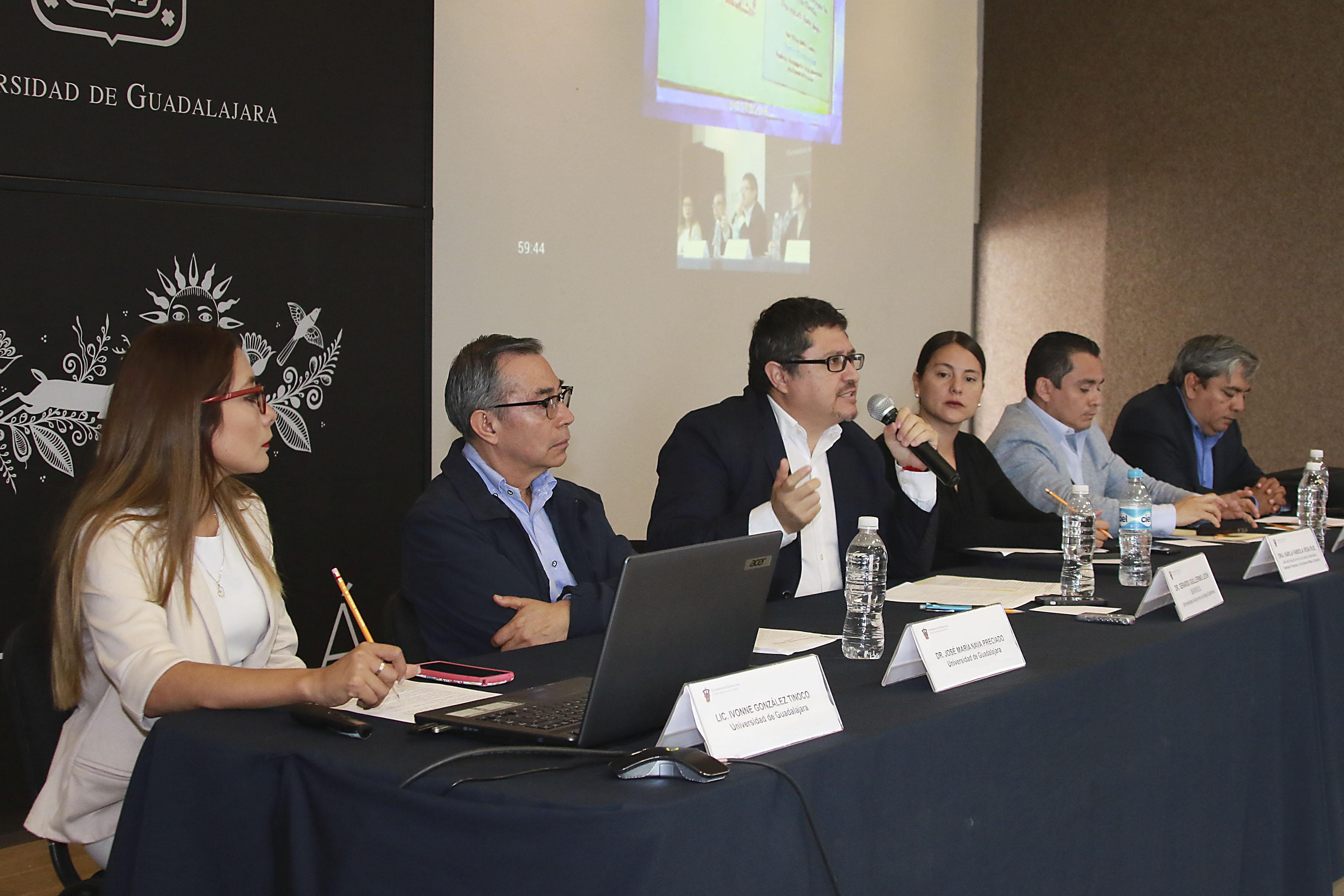 En el micrófono, el doctor Gerardo Guillermo León Barrios, profesor investigador de la Universidad Autónoma de Baja California