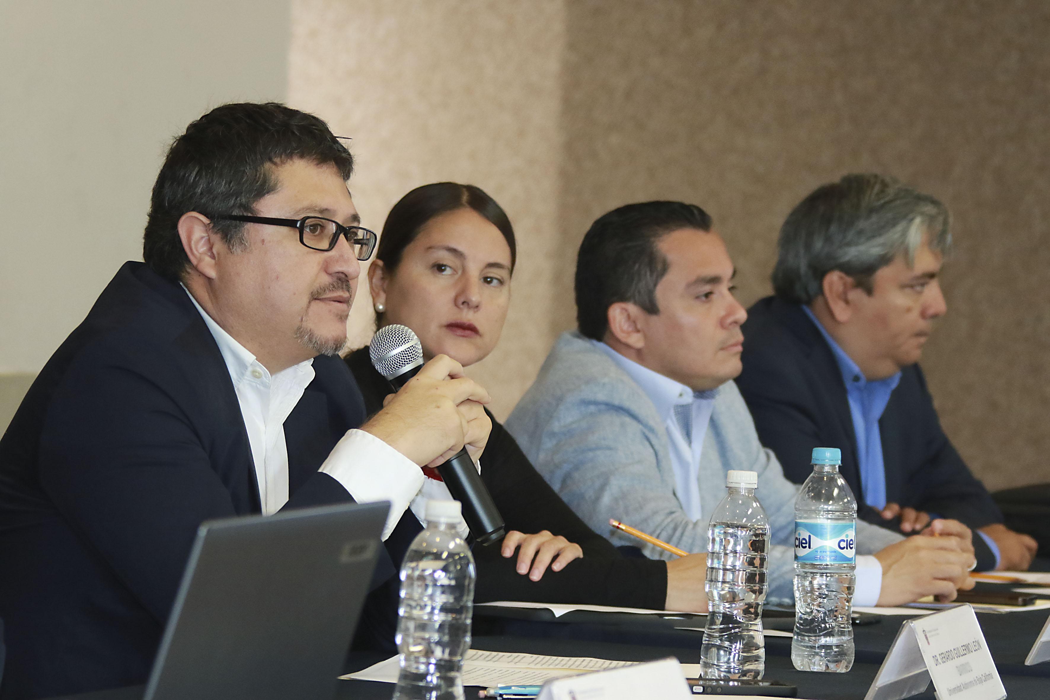 En su participación el doctor Gerardo Guillermo León Barrios