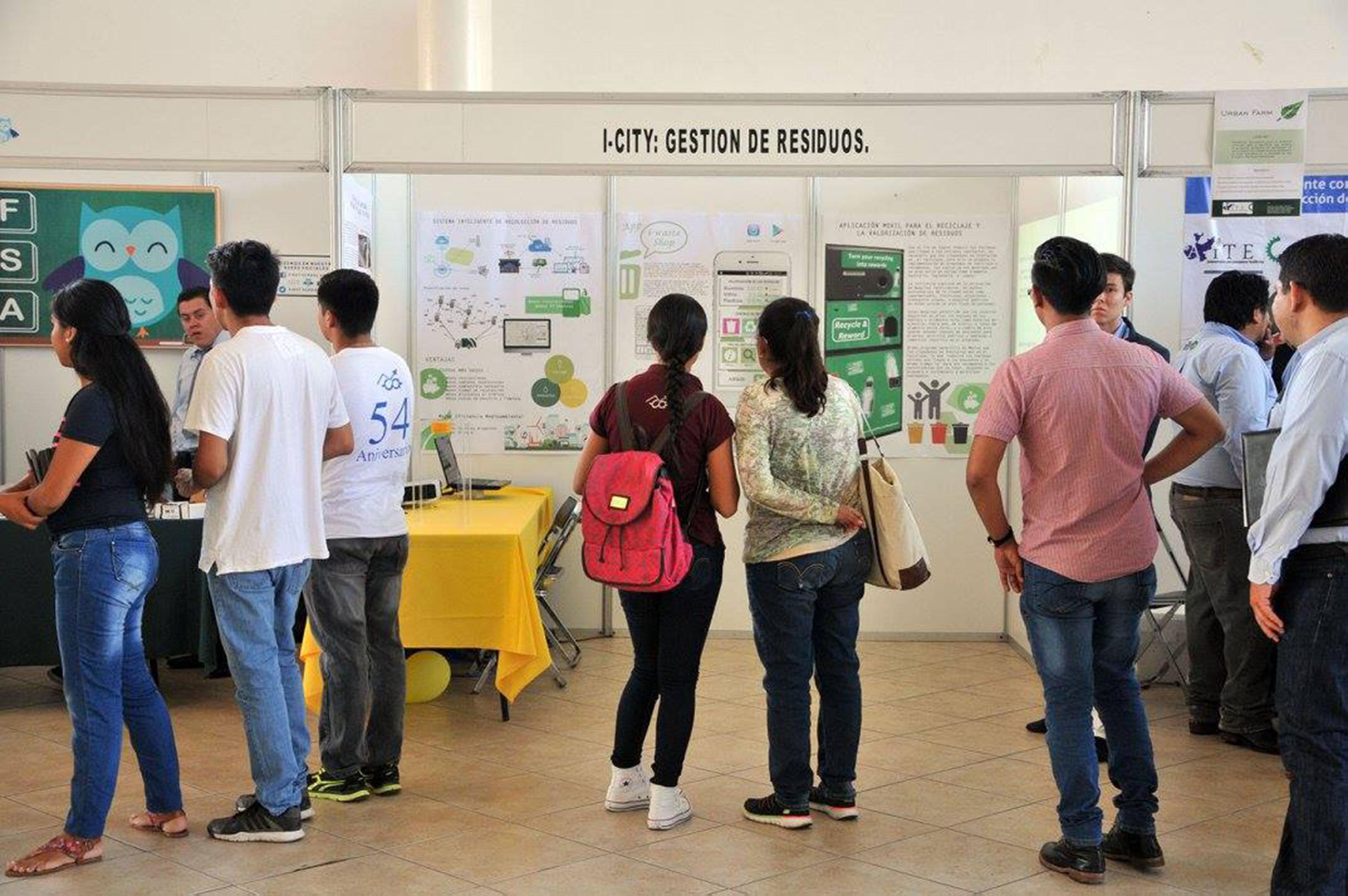 """Asistentes al concurso visitando el módulo del proyecto """"i-City: Sistema de gestión integral de reciclaje y recolección de residuos"""""""
