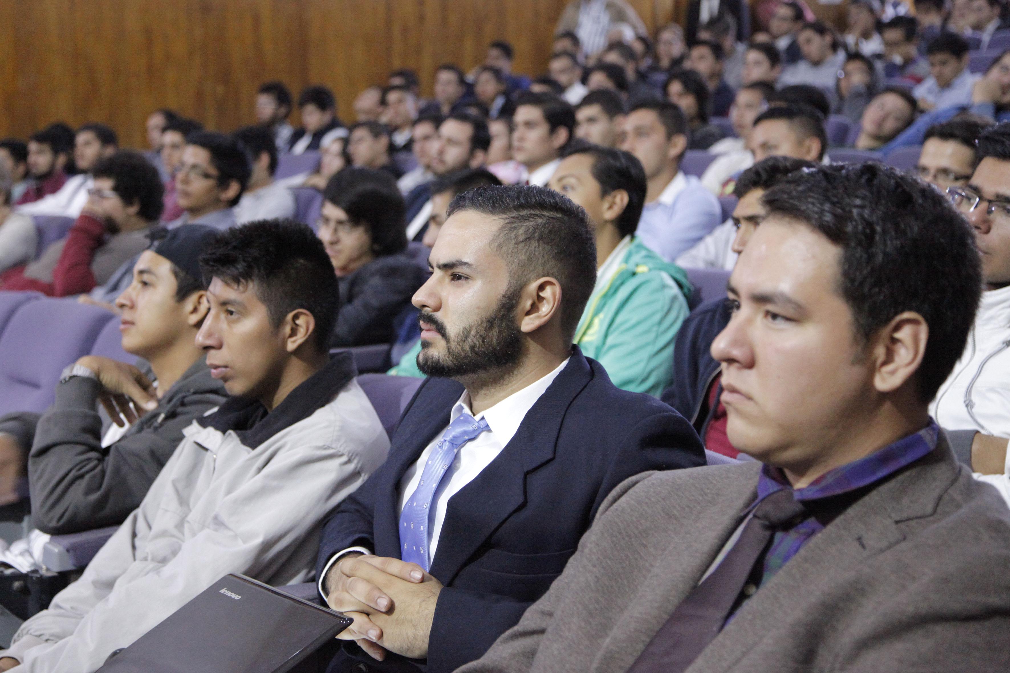 Alumnos del CUCEI asistentes al XXV Expodime, en las instalaciones del mismo centro