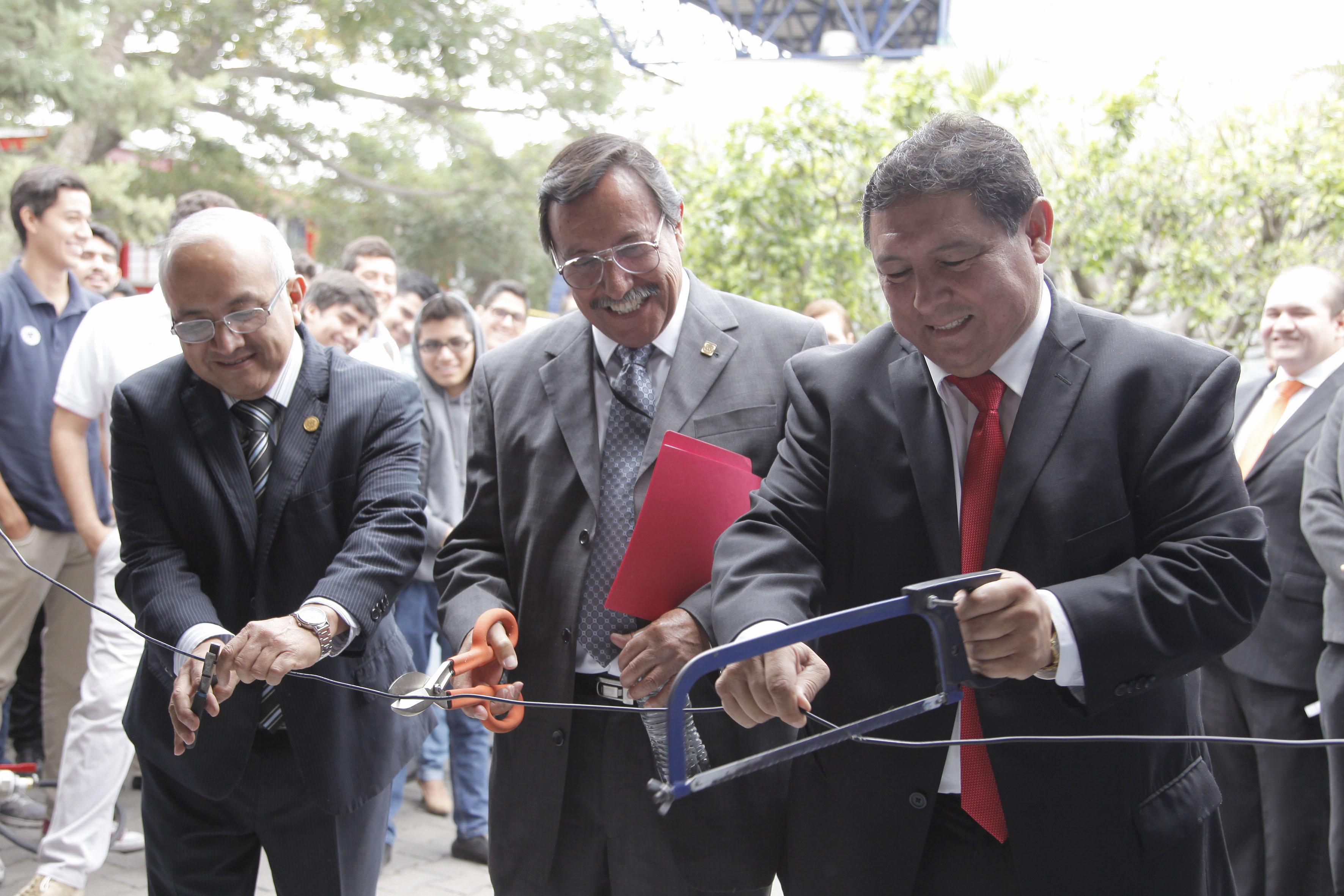 Miembros del presídium, cortando el listón de hierro con segueta, pinzas y tijeras especiales, como acto inaugural