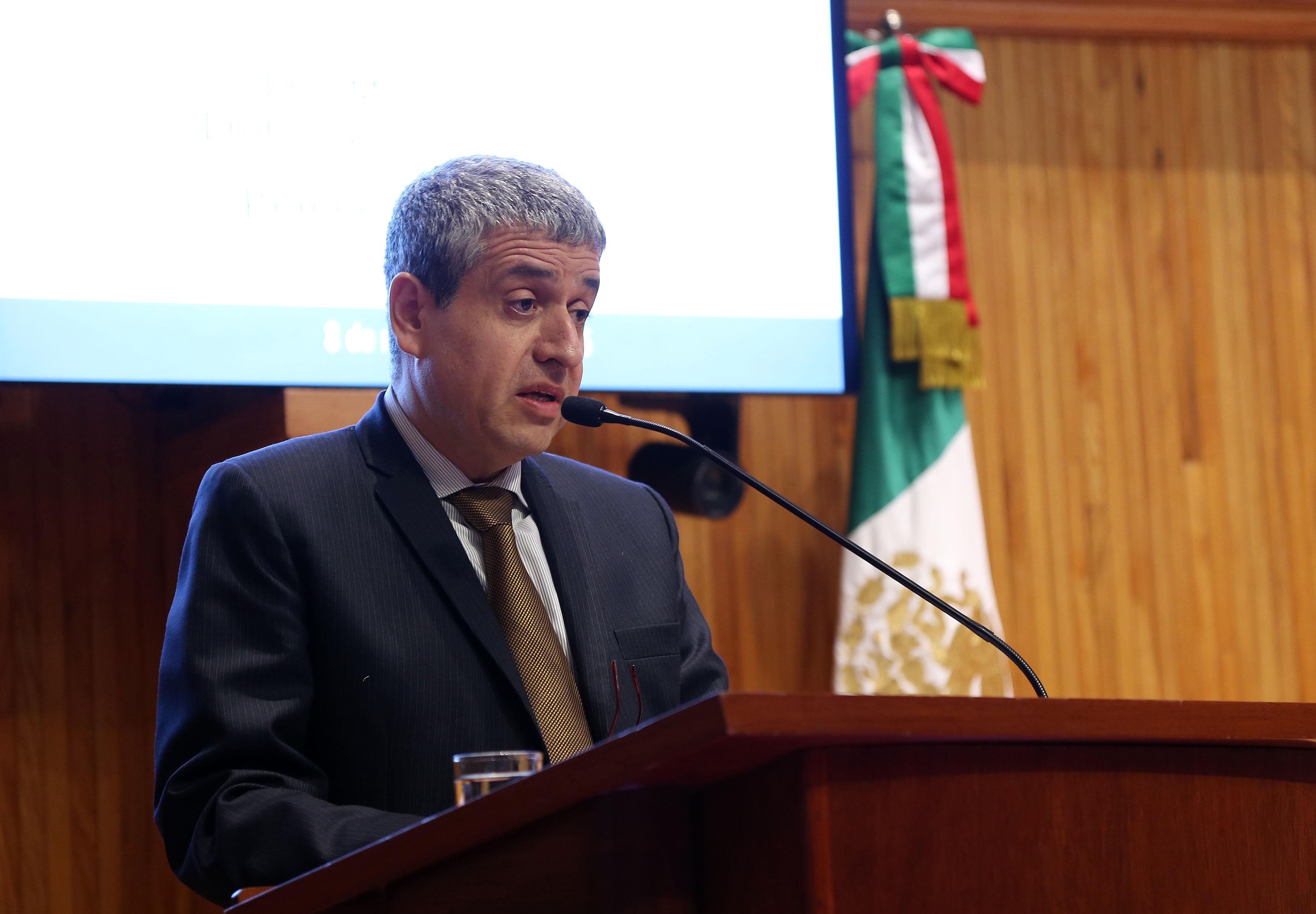 Al frente del micrófono el doctor Hector Raul Solís Gadea, Rector del Centro Universitario de Ciencias Sociales y Humanidades