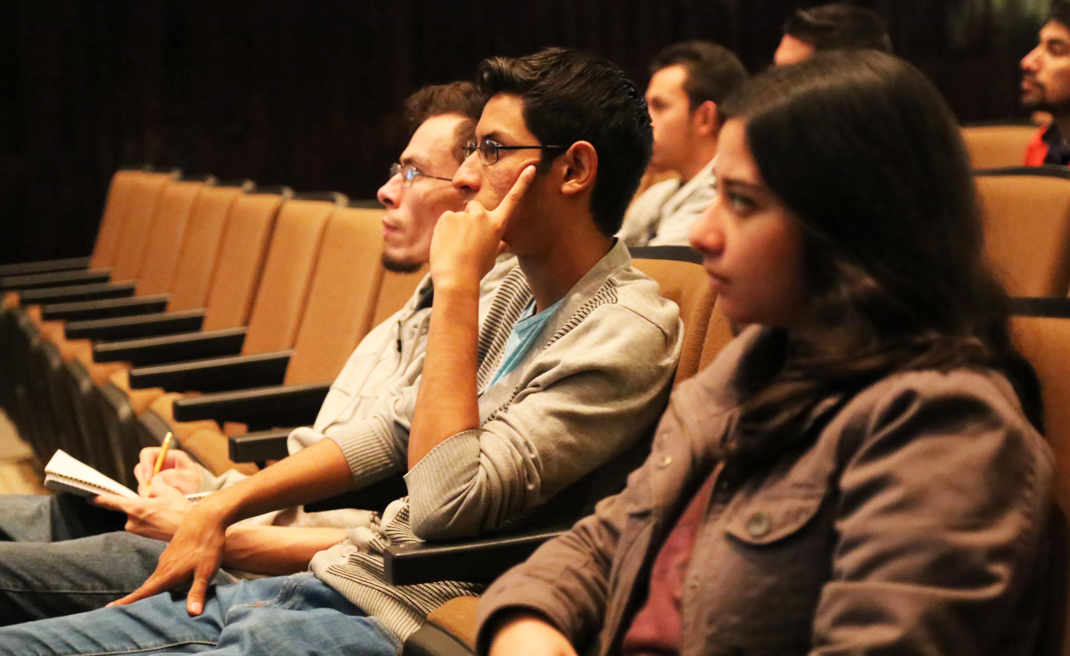 Estudiantes asistentes a la charla de astrofísica,con el profesor Eduardo de la fuente Acosta, investigador del Departamento de Física del Centro Universitario de Ciencias Exactas e Ingenierías.