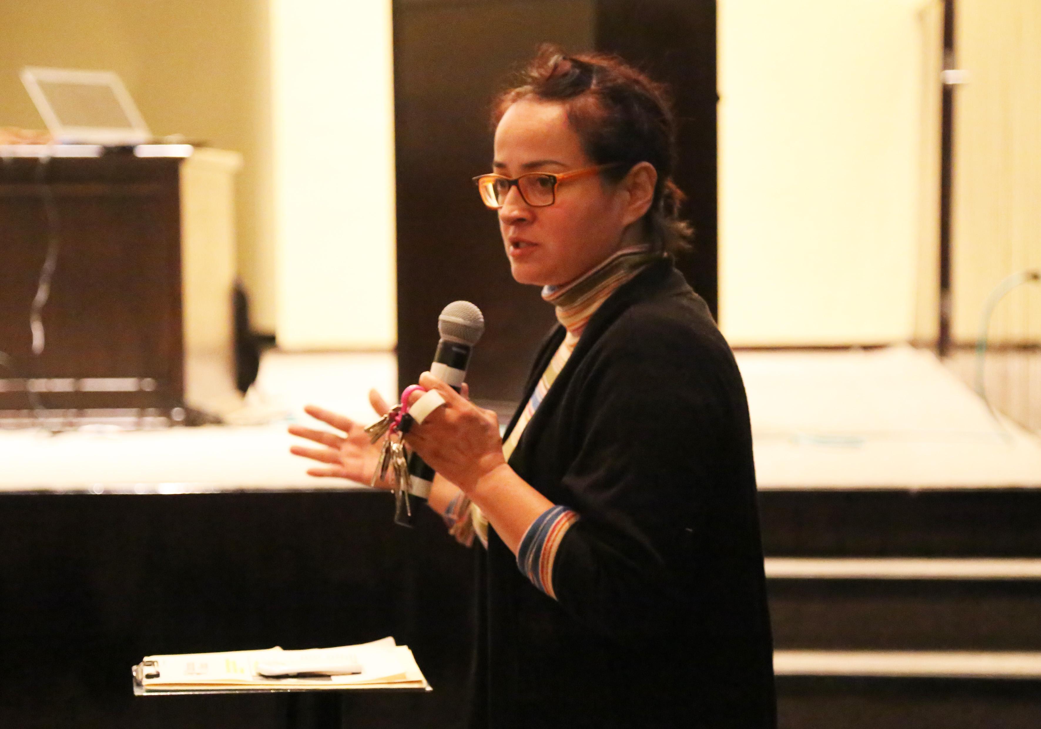 Doctora del Departamento de Ciencias Computacionales del CUCEI, Norma Ramírez Hernández, con mic´rofono en mano haciendo uso de la palabra.