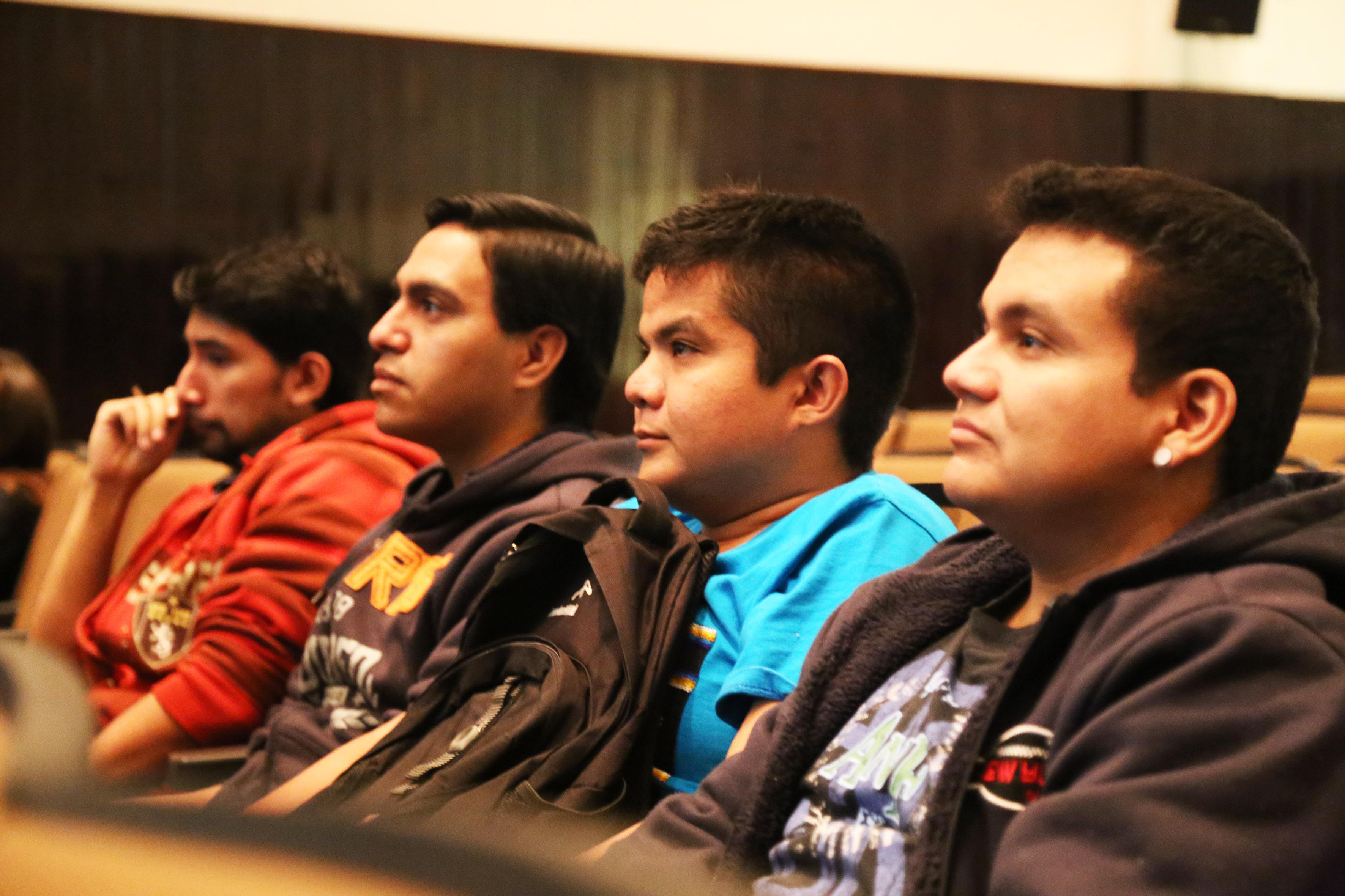 Estudiantes asistentes a las charlas de ciencia que se llevan a cabo en el CUCEI.
