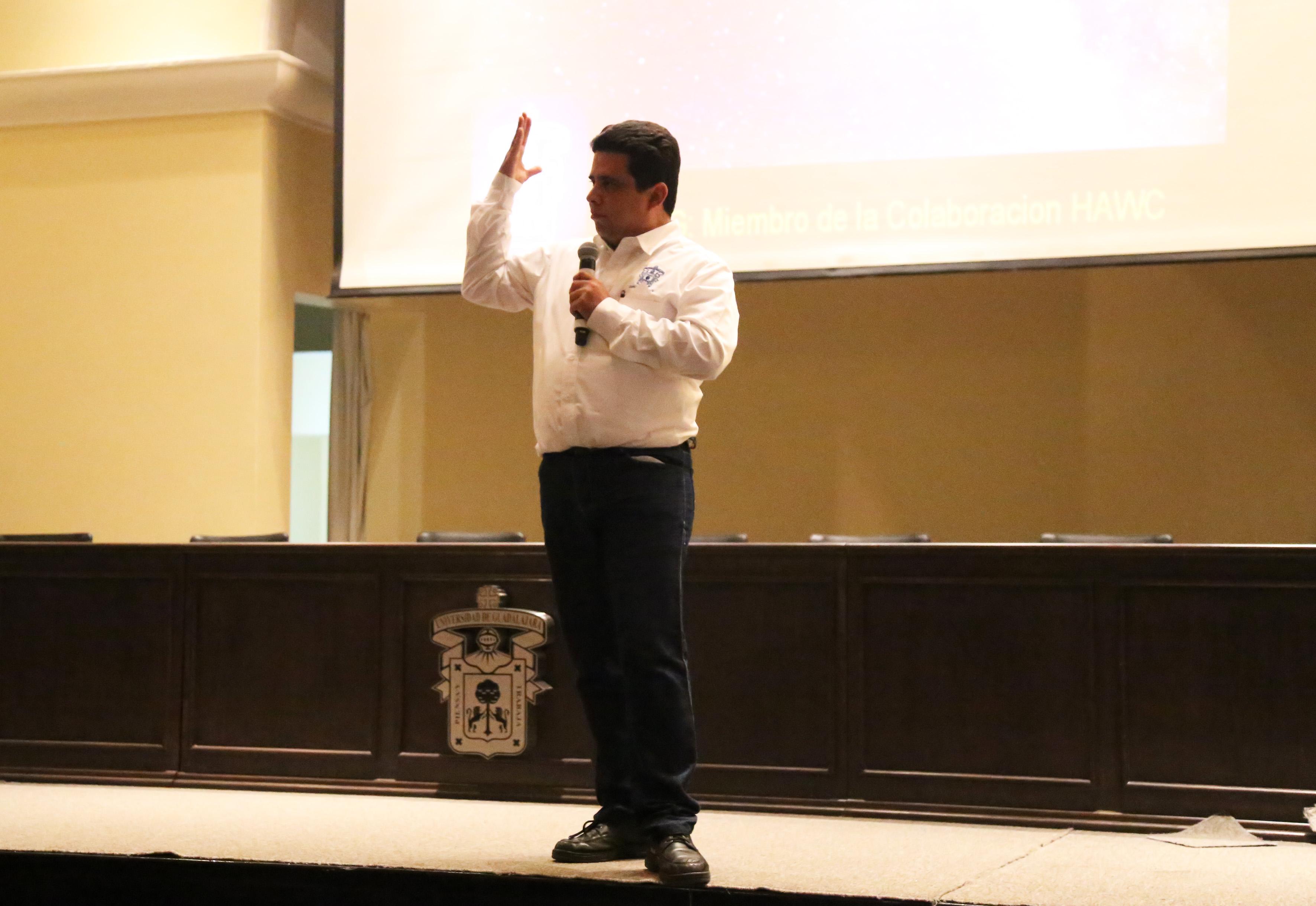 doctor Eduardo de la Fuente Acosta, profesor investigador del Departamento de Física del Centro Universitario de Ciencias Exactas e Ingenierías, en su charla de ciencia.