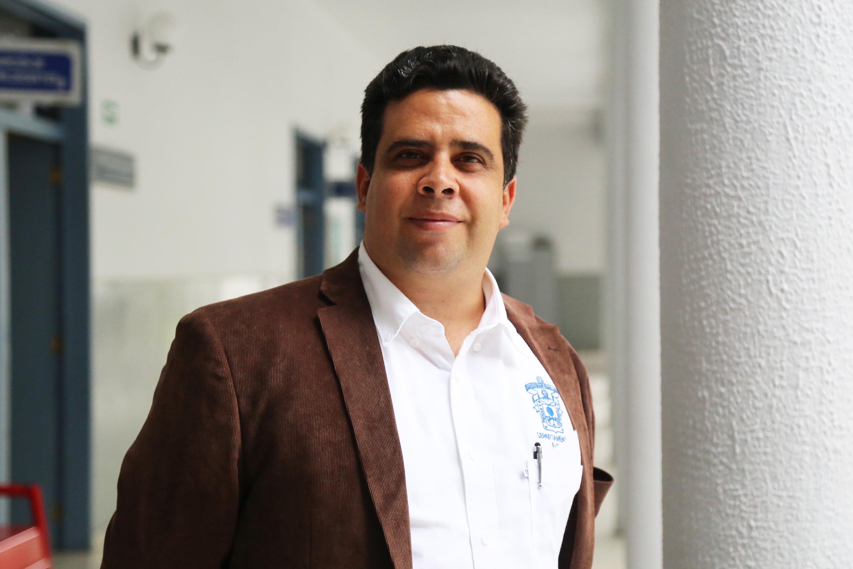 doctor Eduardo de la Fuente Acosta, profesor investigador del Departamento de Física del Centro Universitario de Ciencias Exactas e Ingenierías.