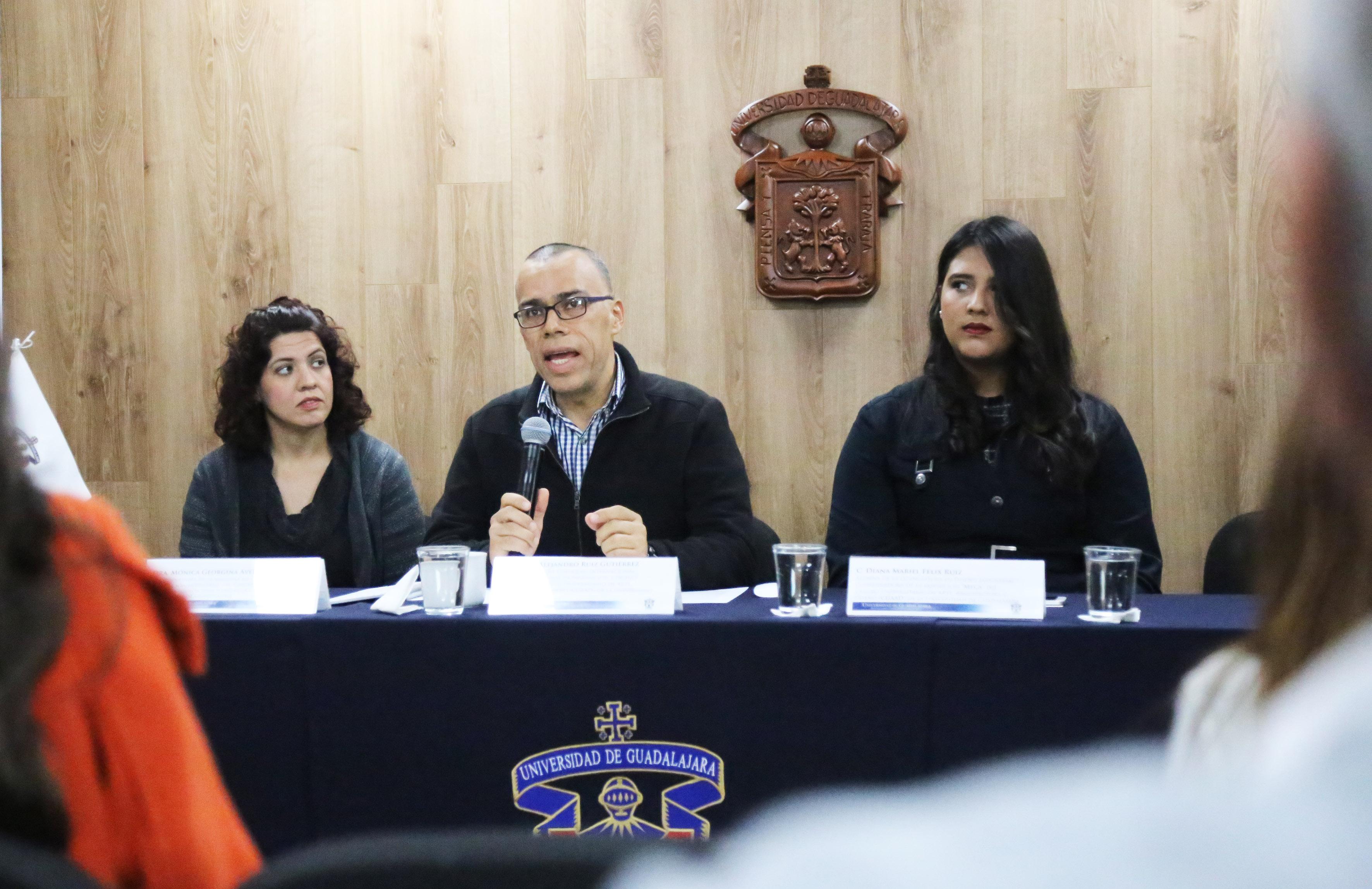 Doctor Omar Alejandro Ruiz Gutiérrez, Coordinador del coloquio, participando en la rueda de prensa