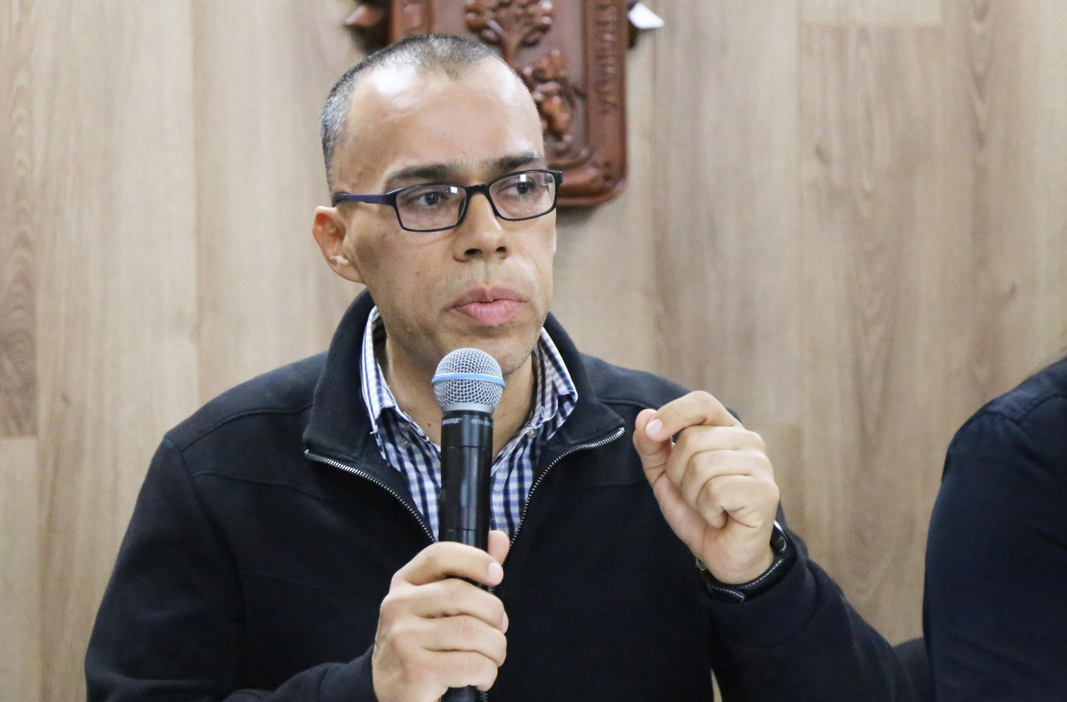 Doctor Omar Alejandro Ruiz Gutiérrez, Coordinador del coloquio, frente al micrófono