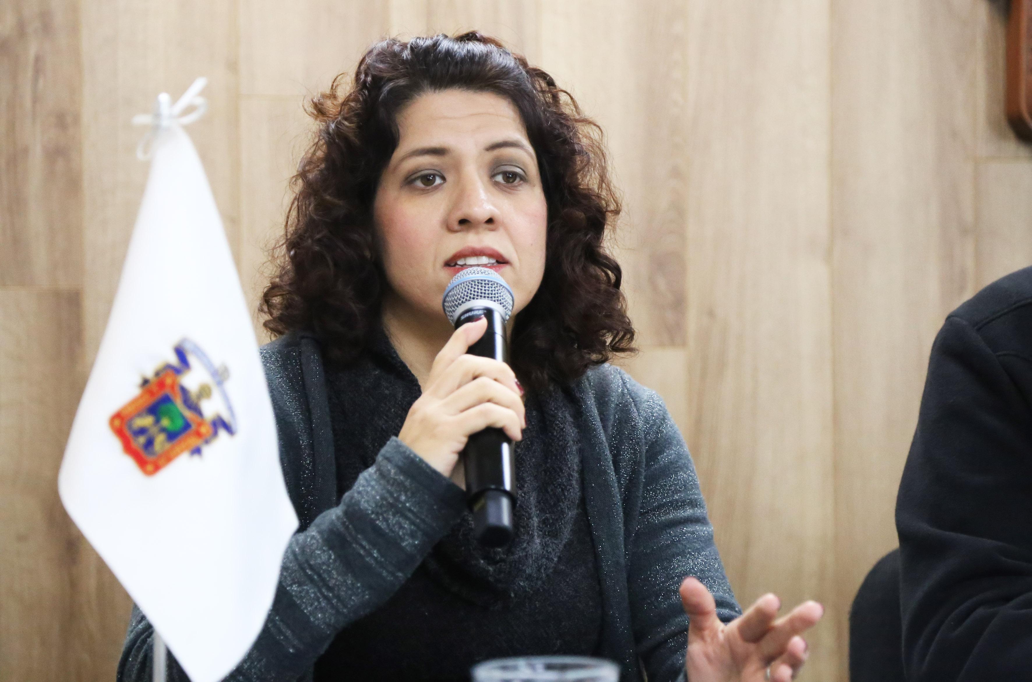 Doctora Mónica Avelar Bribiesca, Coordinadora de la Maestría en Diseño e Innovación Industrial del CUAAD, proporcionando detalles del Coloquio