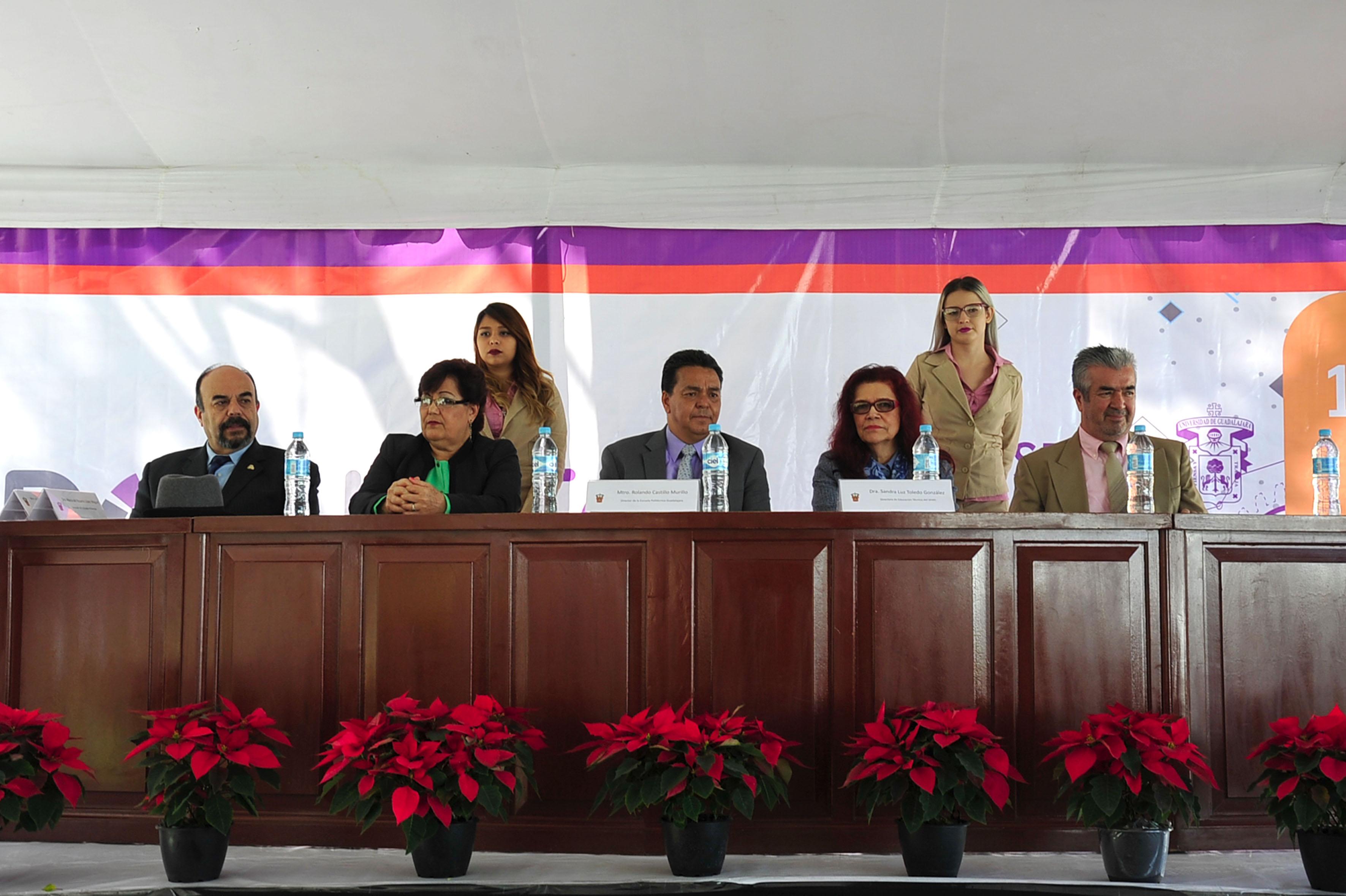 Autoridades de educación media superior de la Universidad de Guadalajara, emprendedores y empresarios, entre los miembros participantes en la inaguración de la Feria de innovación Expolitec 2016.