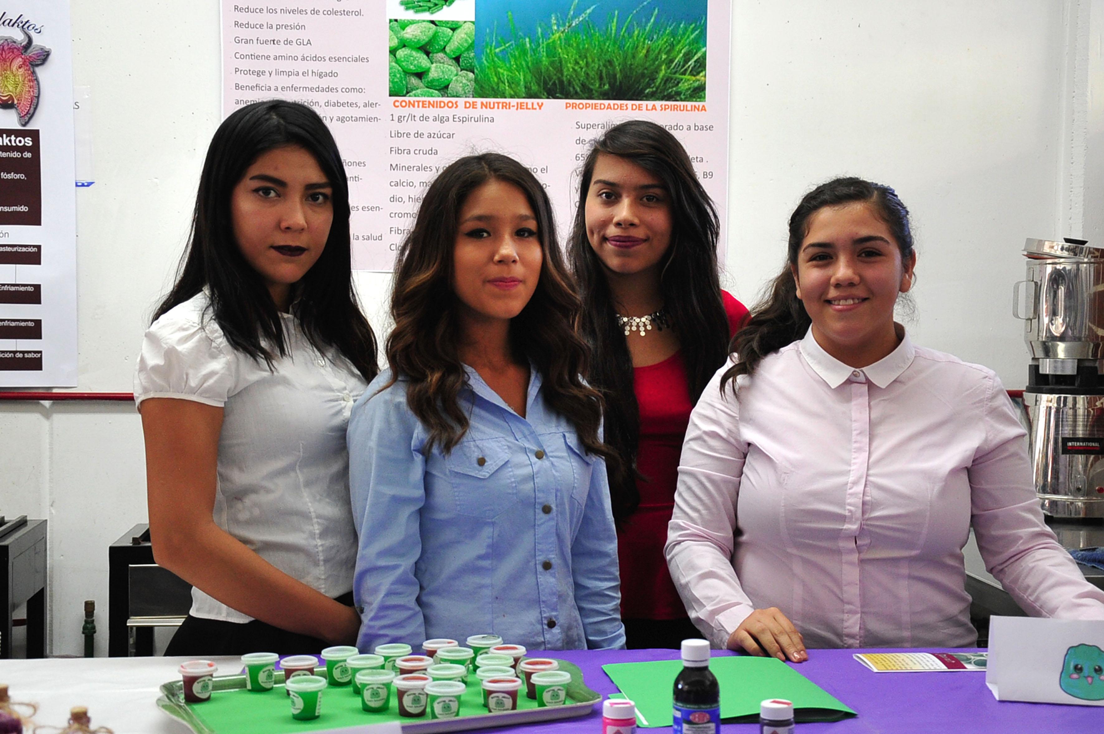 Estudiantes mujeres de la carrera de Análisis y Procesos de Alimentos de la Escuela Politécnica de Guadalajara, exhibiendo sus productos en la Feria de Innovación Expolitec 2016.