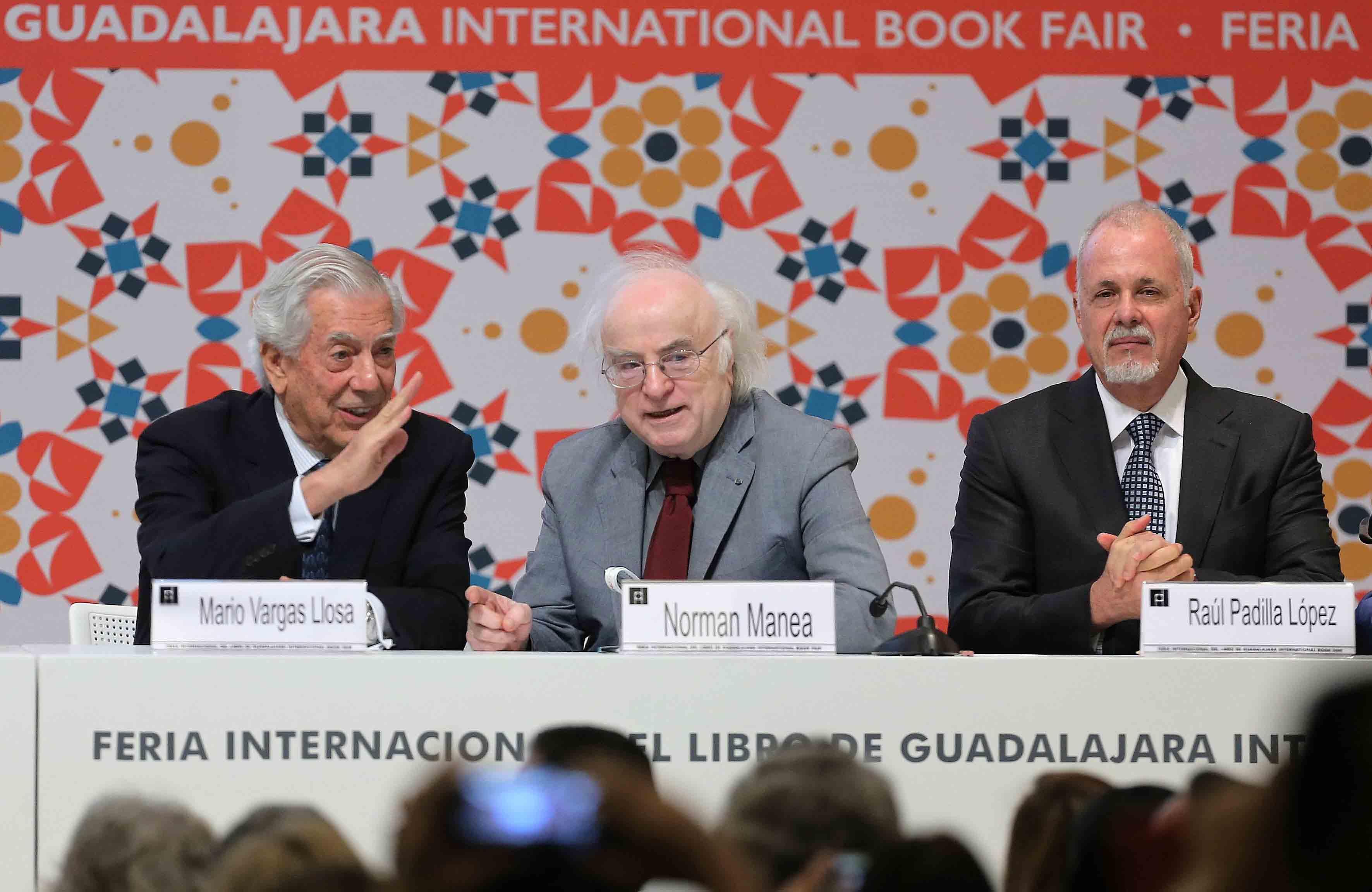 A la izquierda Mario Vargas Llosa, saludando con la mano a lo lejos a otra persona, al centro Norman Manea y a la derecha el Lic. Raúl Padilla López.