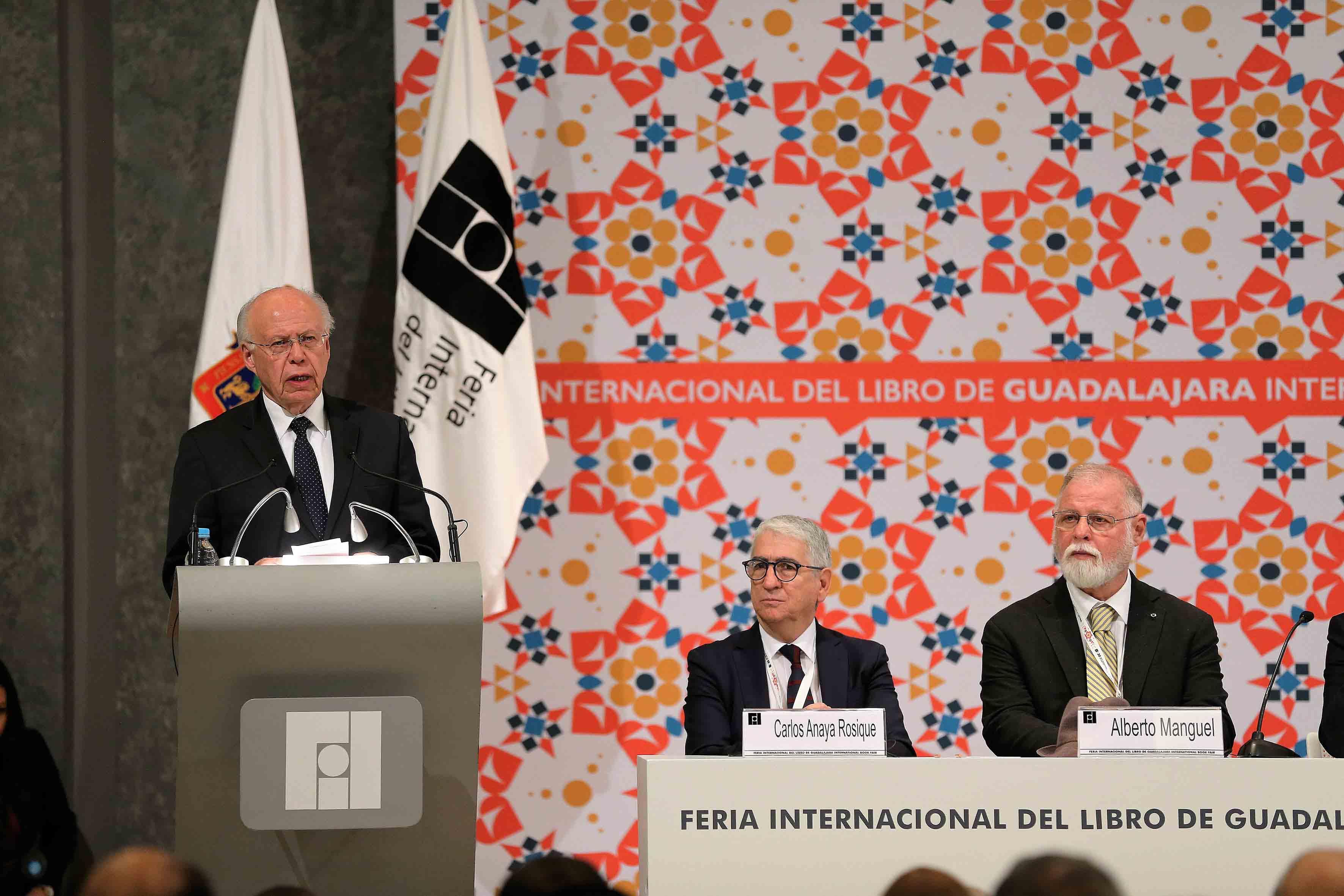 Secretario de Salud del gobierno federal, doctor José Ramón Narro Robles, haciendo uso de la palabra en podium, durante ceremonia de inaguración de la FIL.