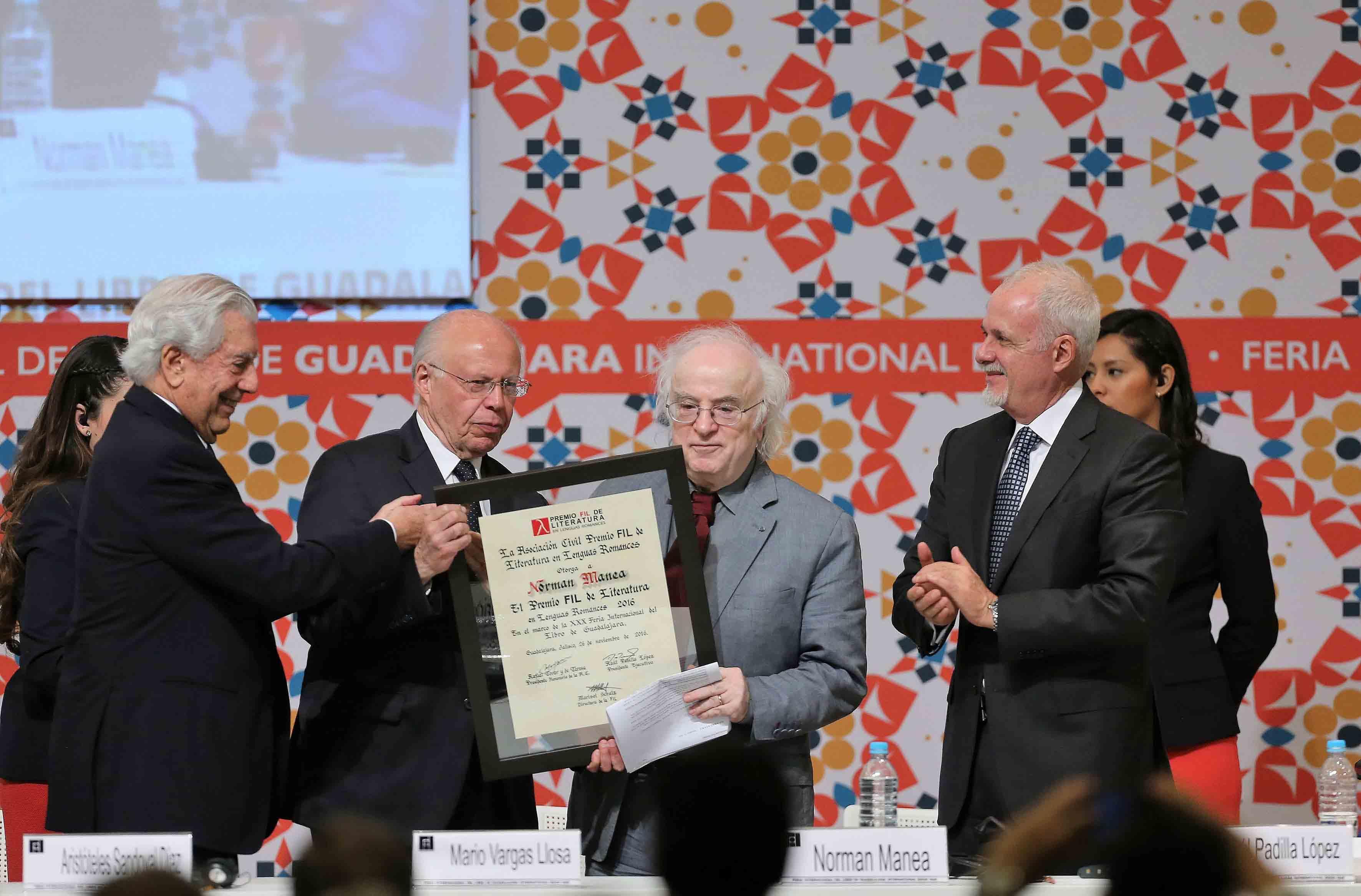 Mario Vargas Llosa y doctor José Ramón Narro Robles, Secretario de Salud del gobierno federal, entregando el reconocimiento a Norman Manea, por el premio FIL de Literatura en Lenguas Romances 2016.