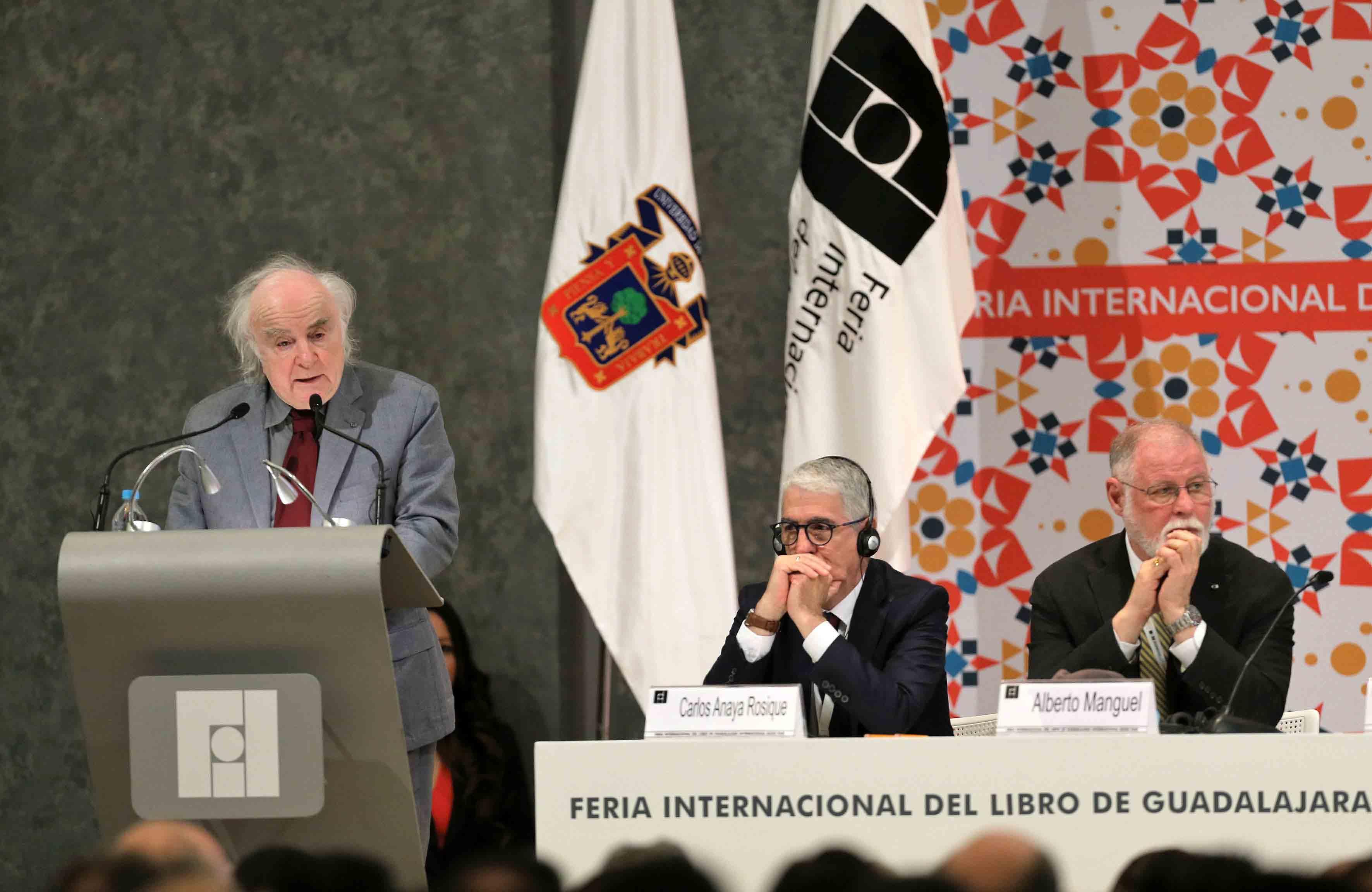 Norman Menea, premio de Literatura en Lenguas Romances 2016, en podium de la FIL, haciendo uso de la palabra durante su ceremonia de inaguración.